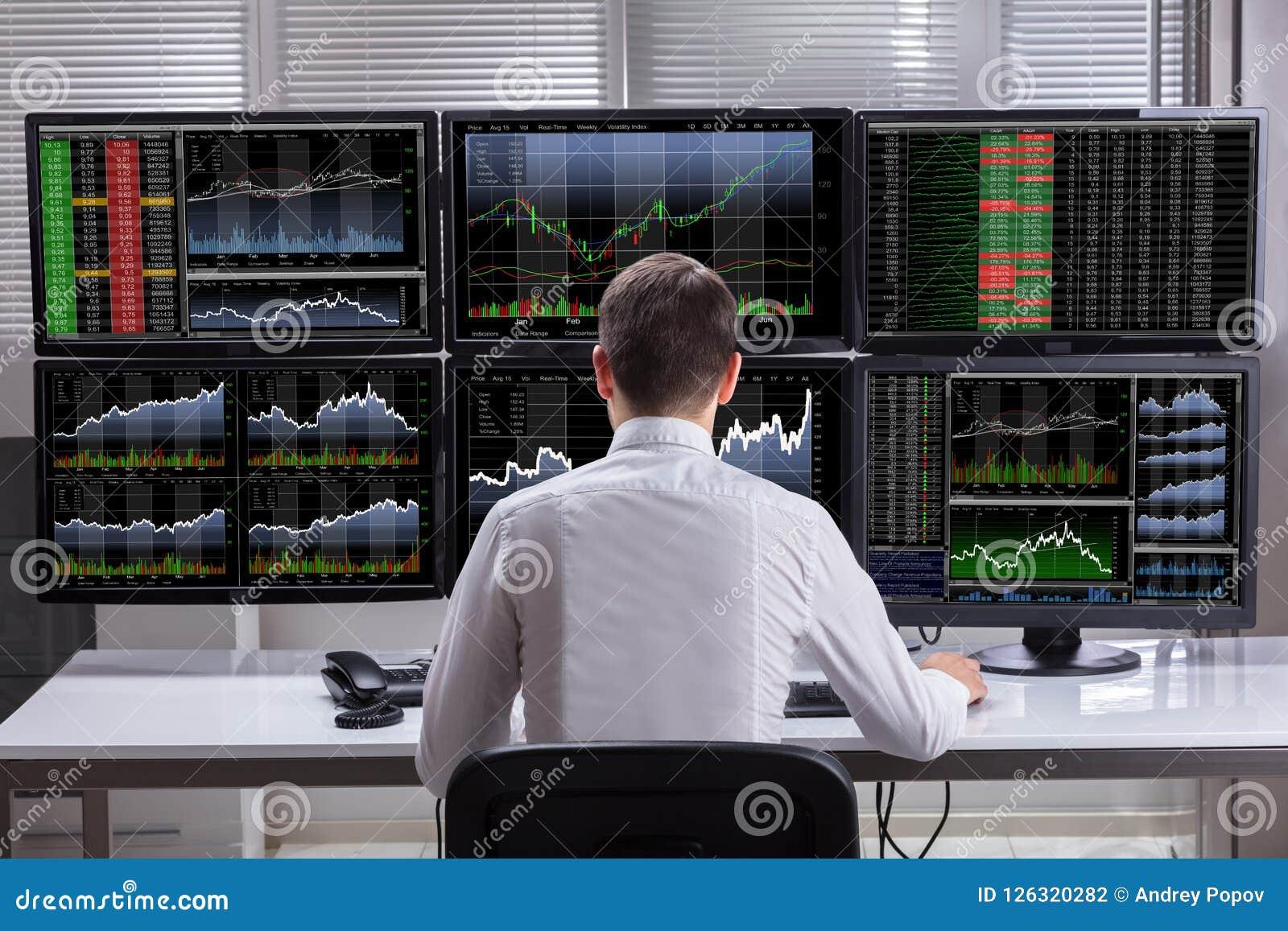Skärmar för aktiemarknadmäklareAnalyzing Graphs On dator