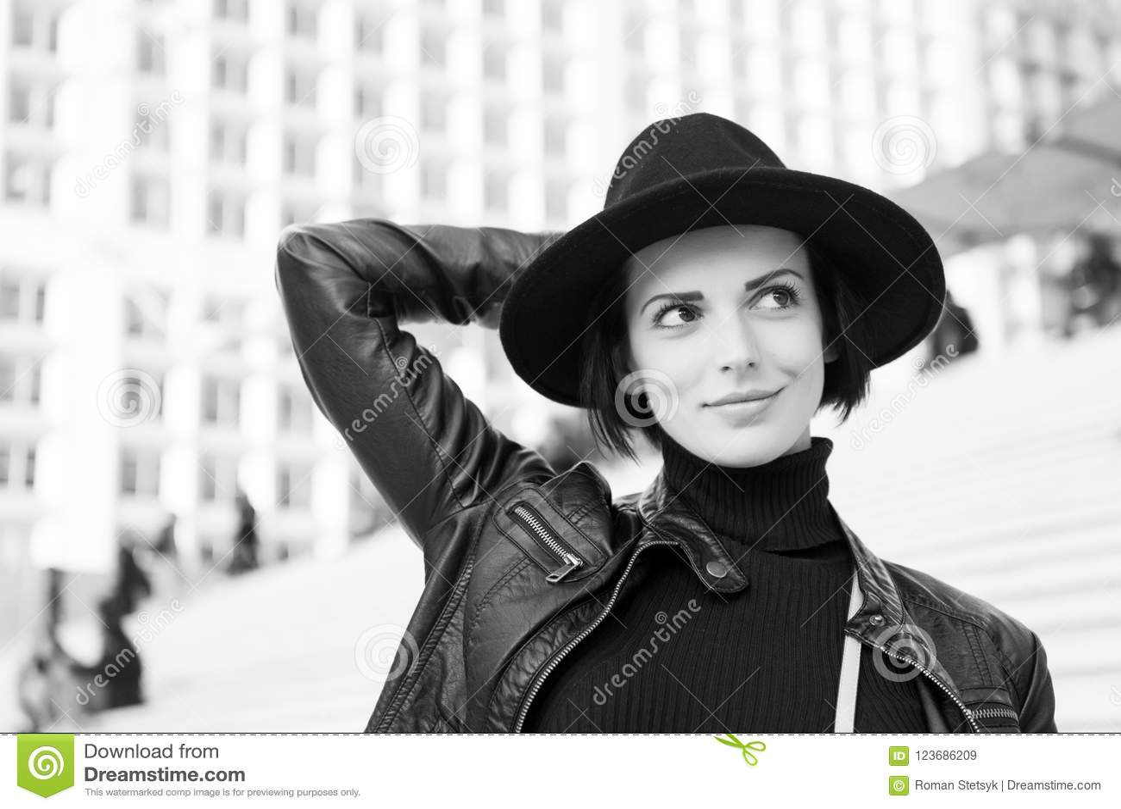 Skönhet blick, makeup Kvinna i leende för svart hatt på trappa i paris, Frankrike, mode Mode tillbehör, stil sinnligt