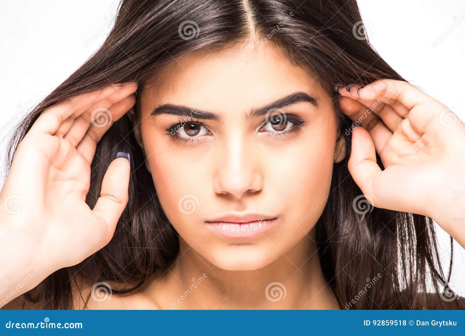 Skönhet isolerad ståendewhite Härlig Spa kvinna som trycker på hennes framsida Perfekt ny hud som isoleras på vit bakgrund Ungdom