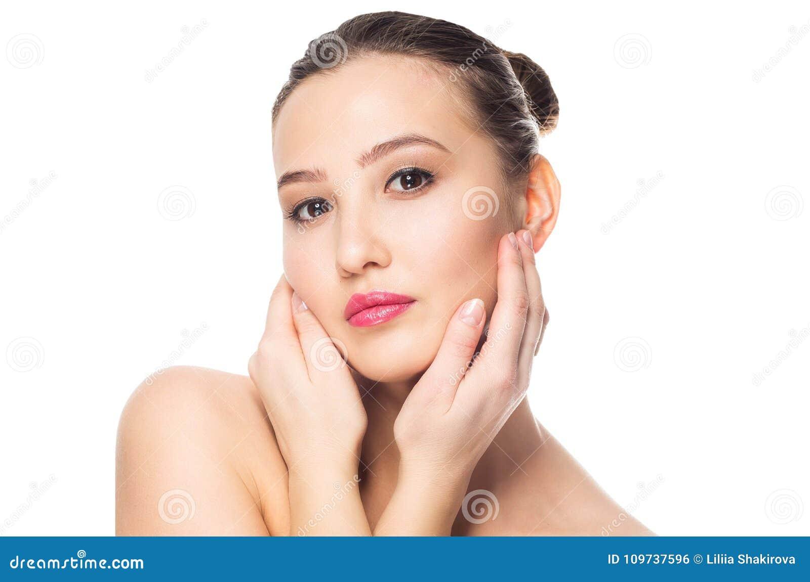 Skönhet isolerad ståendewhite Spa kvinna som trycker på hennes framsida Ren skönhetmodell Näckt smink