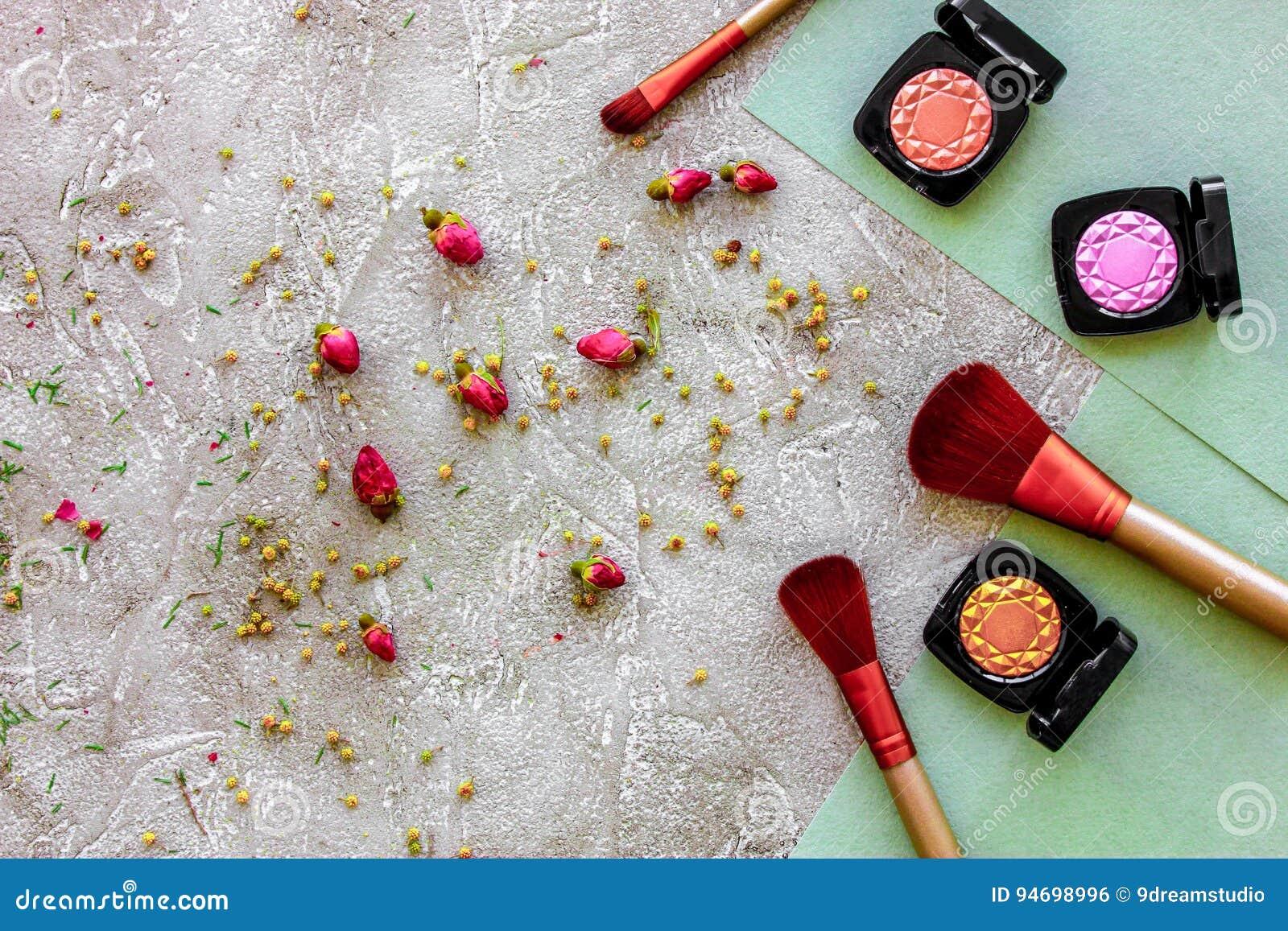 Skönhet och mode med dekorativa skönhetsmedel för smink på modell för bästa sikt för stentabellbakgrund