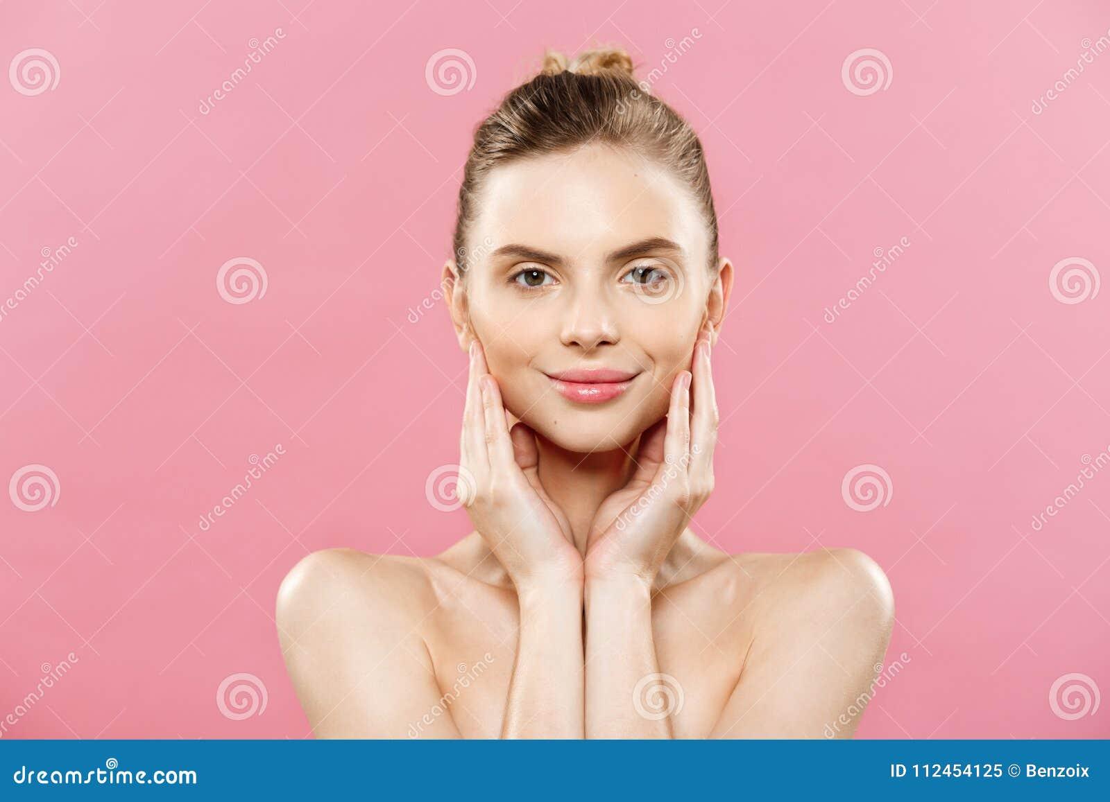 Skönhetbegrepp - härlig kvinna med rent nytt hudslut upp på rosa studio Flicka för hud Face cosmetology