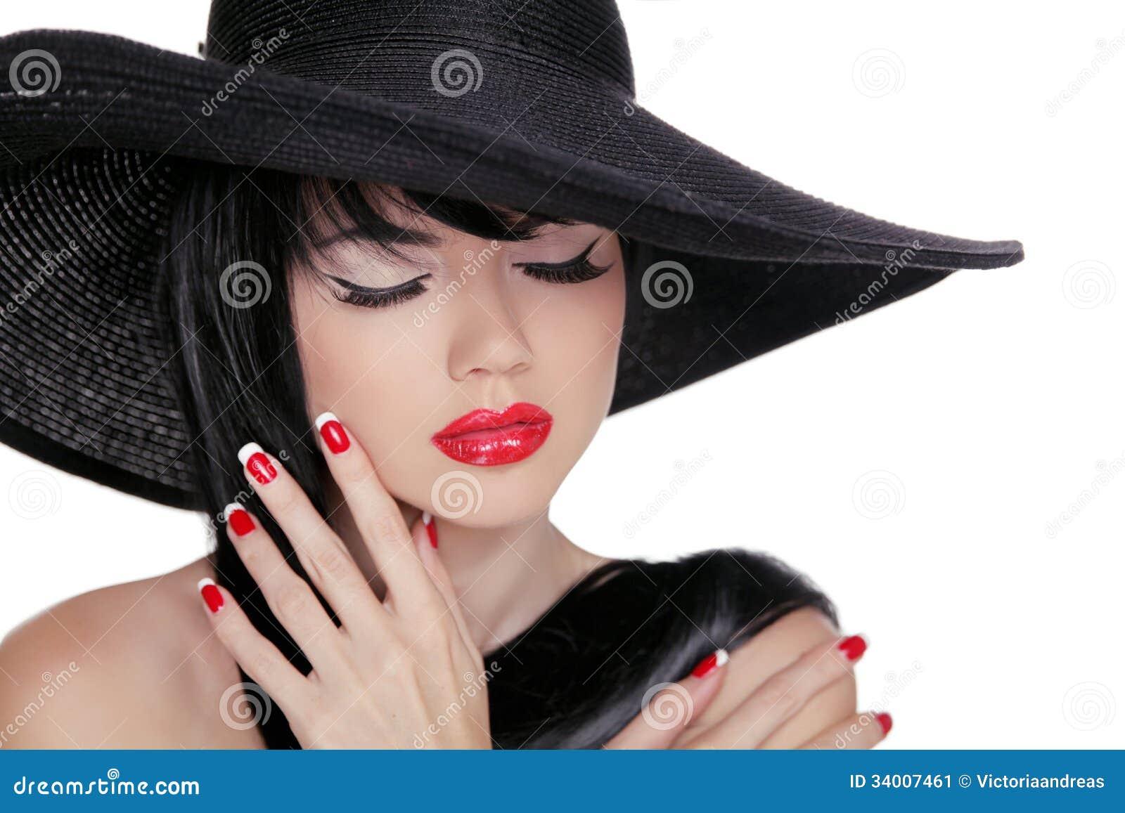Skönhetbrunettkvinna med ljus makeup för glamour och röd manicur