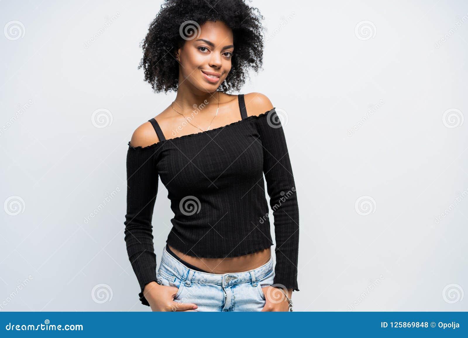 Skönhetcloseupstående av den unga afrikansk amerikanflickan med afro se för kameraflicka