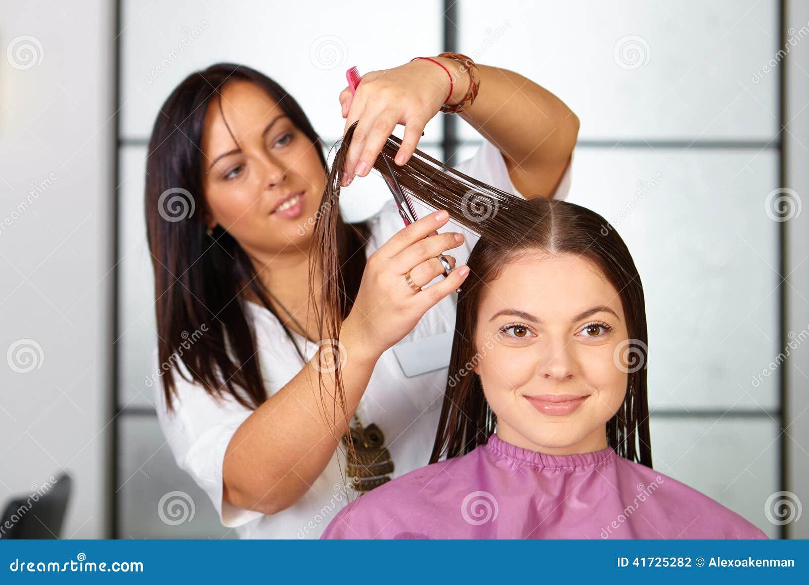 Skönhetkvinna med långt sunt och skinande slätt svart hår Kvinnafrisyr cutting