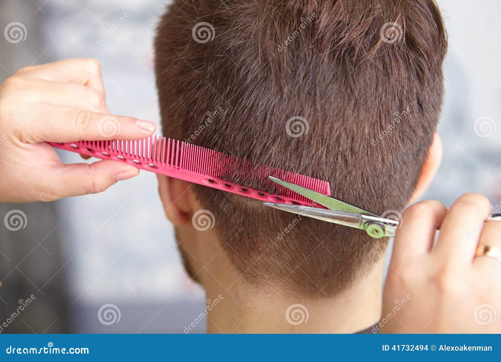 Skönhetkvinna med långt sunt och skinande slätt svart hår Manfrisyr cutting
