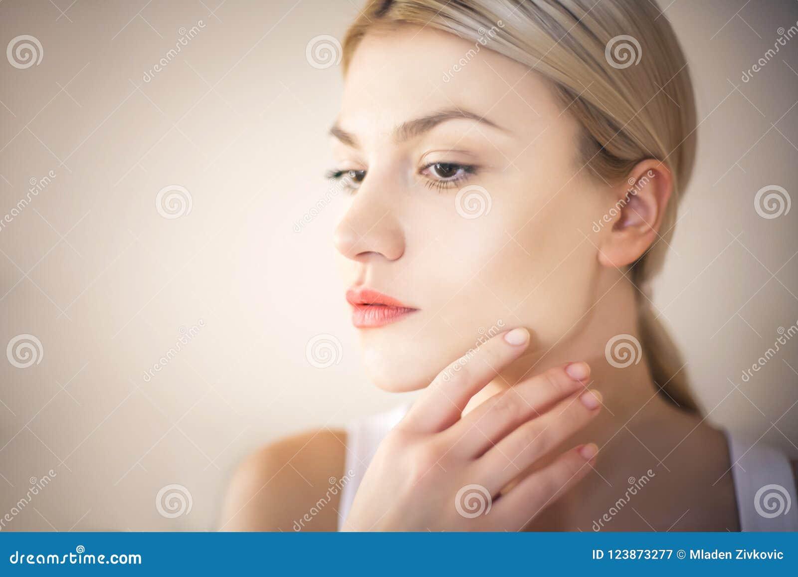 Skönhetkvinna med rengöringen, ny hud