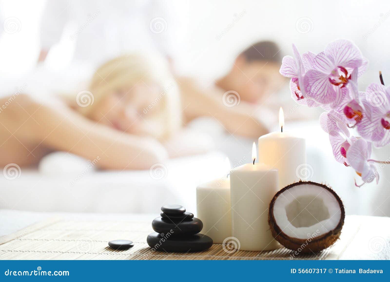 Skönhetkvinna som får ansikts- massage