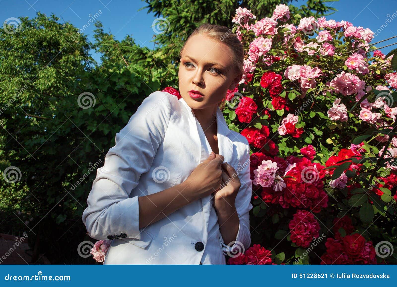 Skönhetkvinnan med gruppen steg blommor