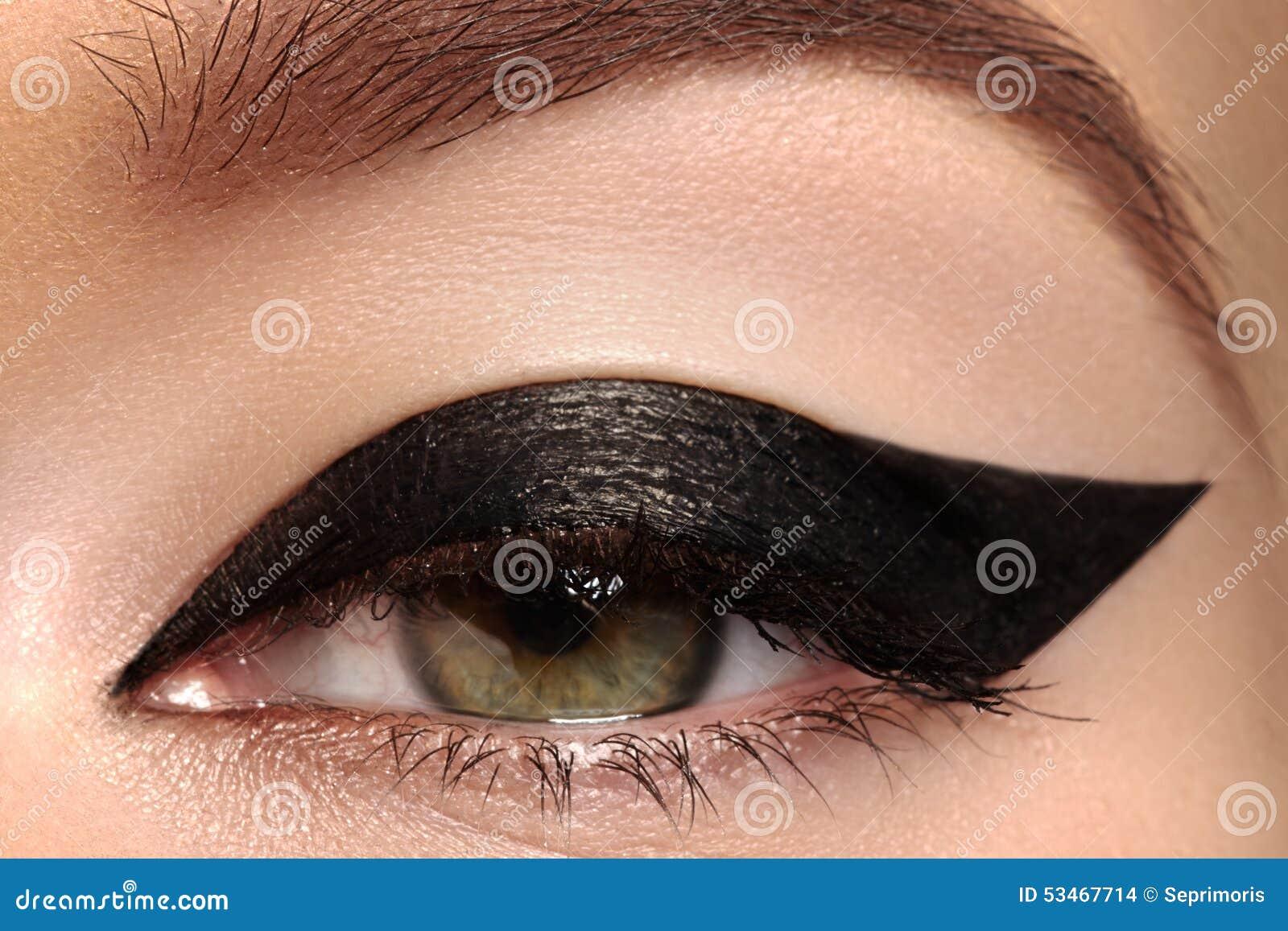 Skönhetmakro av ögat med modeeyelinersmink