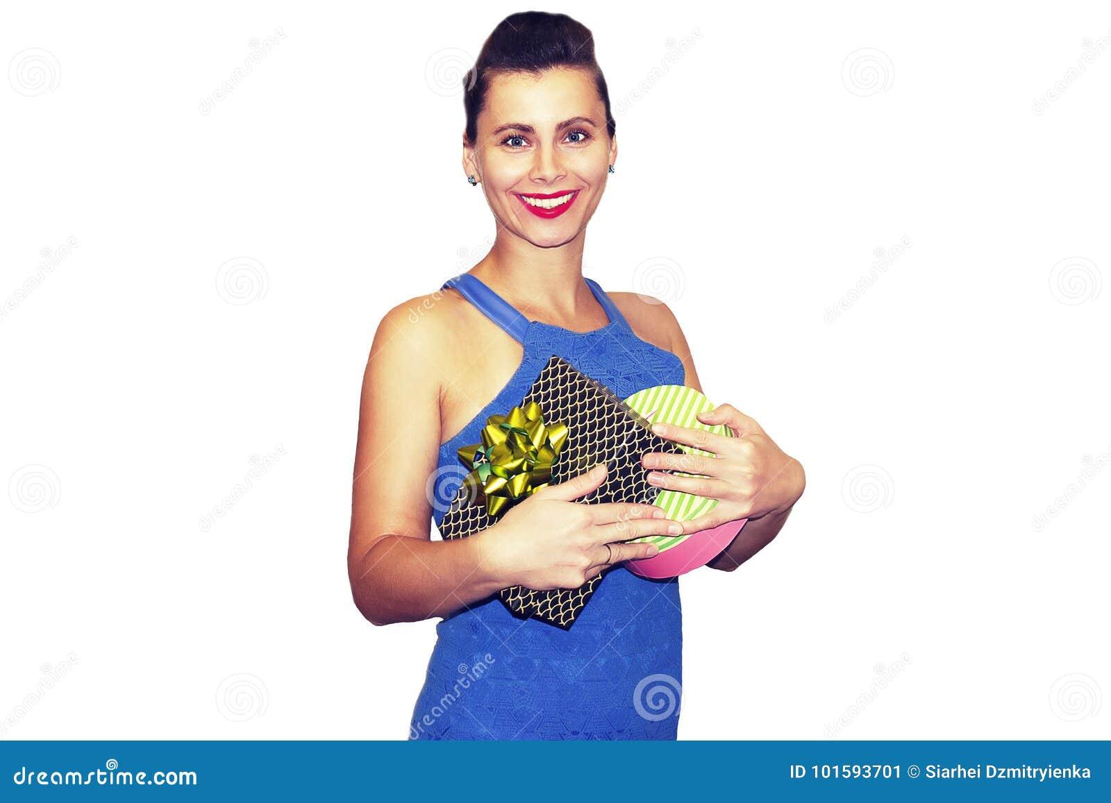 Skönhetmodekvinna med gåvan kvinnlign ler i stilfull trendig kläder med gåvor Stående av den unga härliga flickan