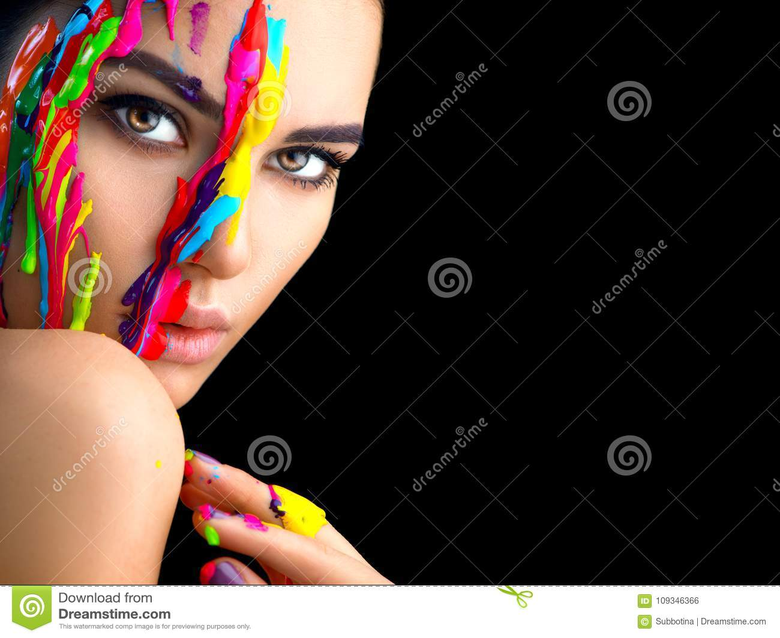 Skönhetmodellflicka med färgrik målarfärg på hennes framsida Stående av den härliga kvinnan med målarfärg för flödande flytande