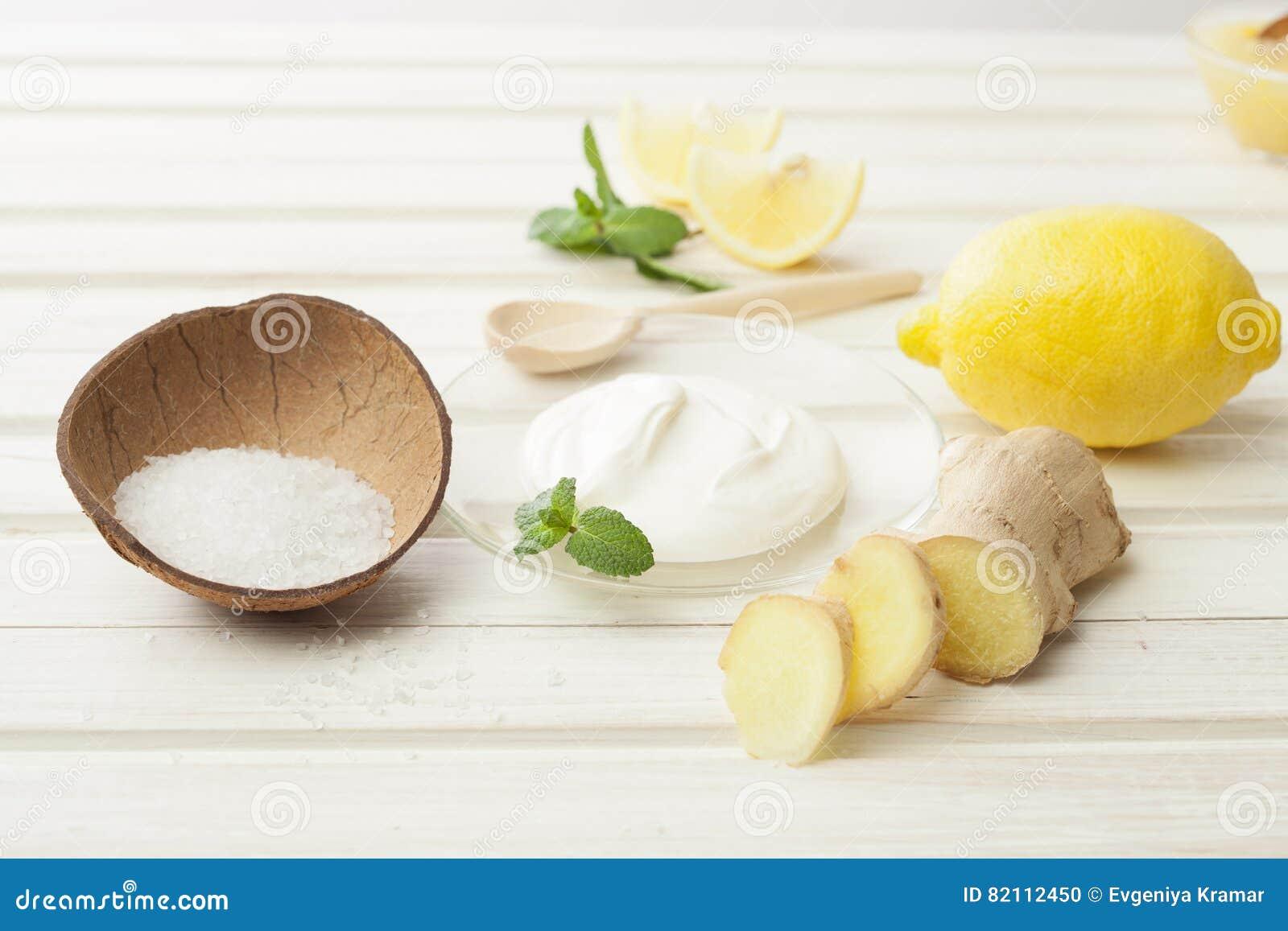 Skönhetsmedel hemlagade för ingefära, salta och nödvändiga oljor för citron, på wh
