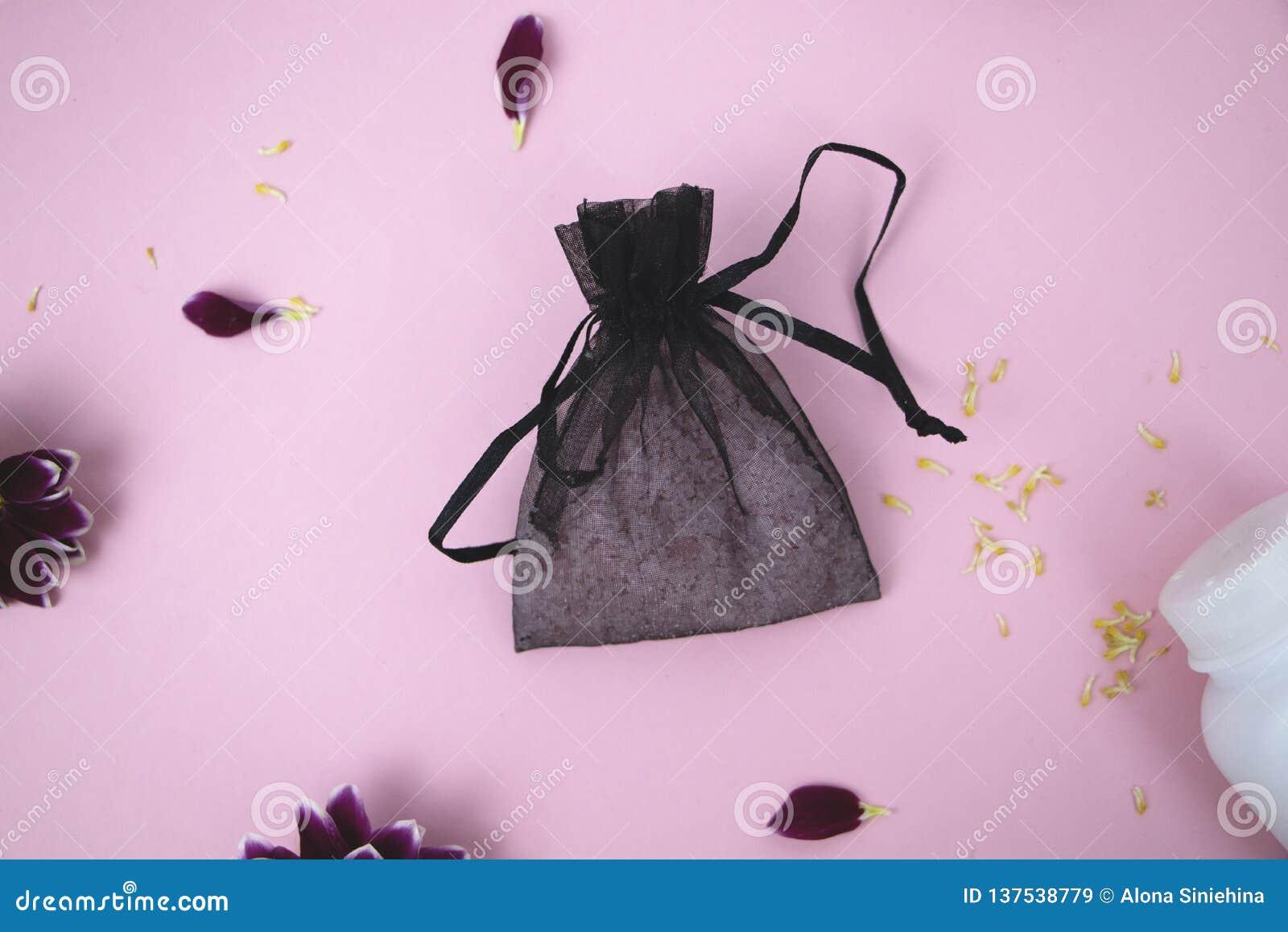 Skönhetsmedel på tabellen på kvinnan Kosmetisk påse, skönhetsmedel och hygienprodukter Rosa bakgrund för text
