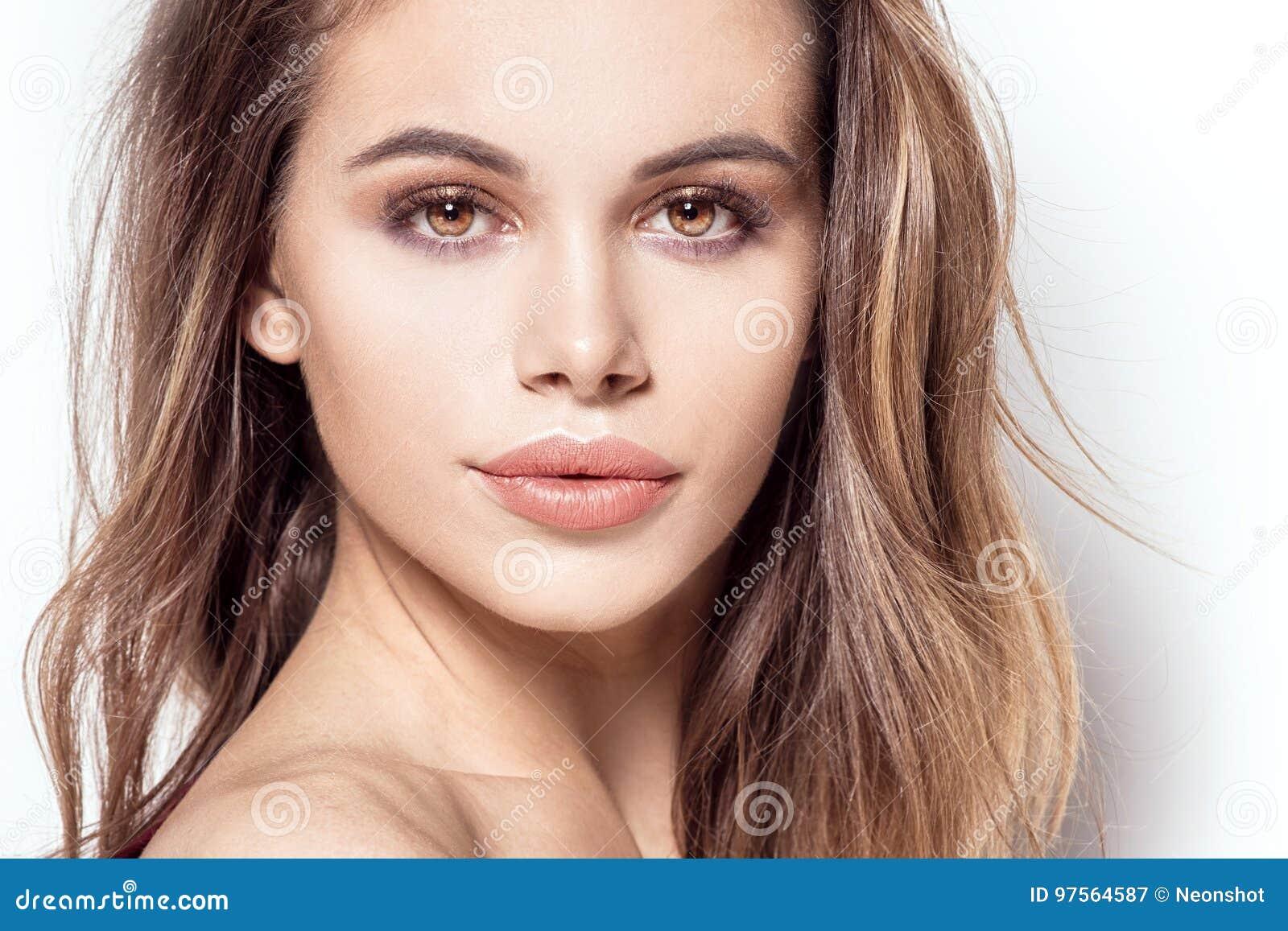 Skönhetstående av den attraktiva flickan med glamourmakeup
