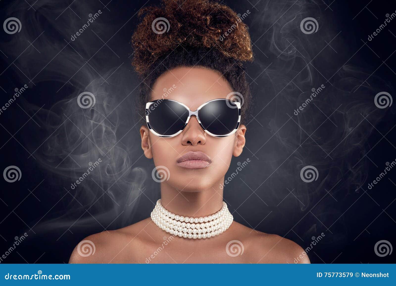 Skönhetstående av den eleganta afrikansk amerikankvinnan