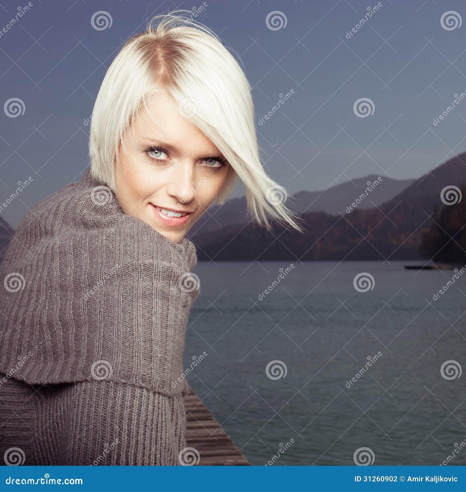 Skönhetstående av den härliga blonda kvinnan