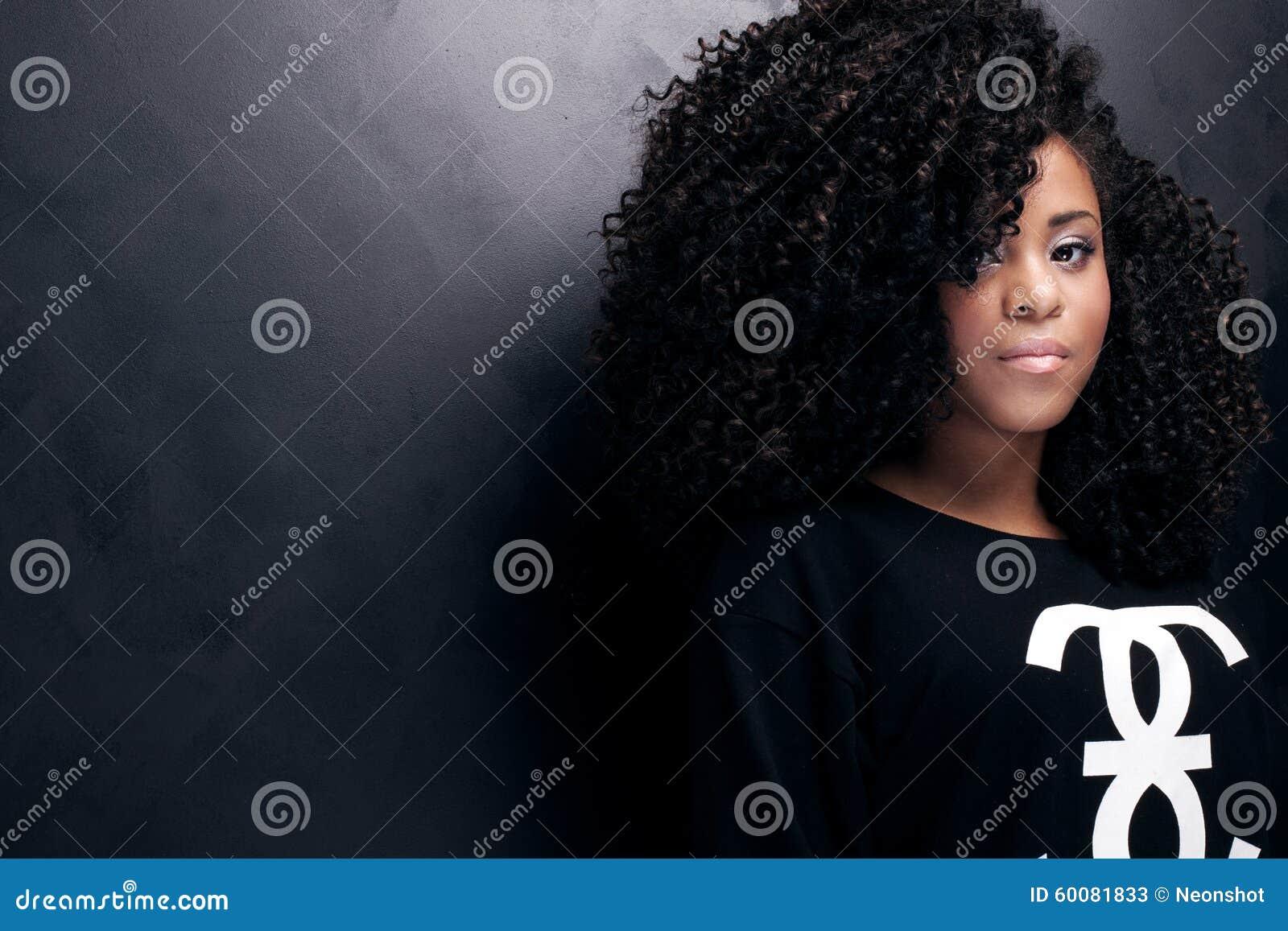 Skönhetstående av den unga afrikansk amerikanflickan