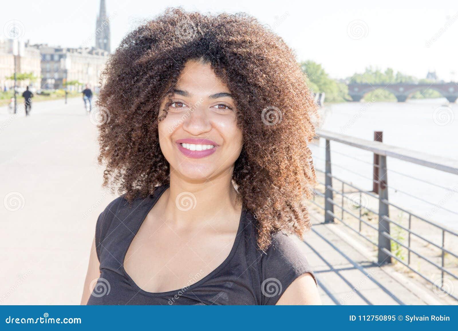 Skönhetstående av den unga afrikansk amerikanflickan med den utomhus- afro frisyren