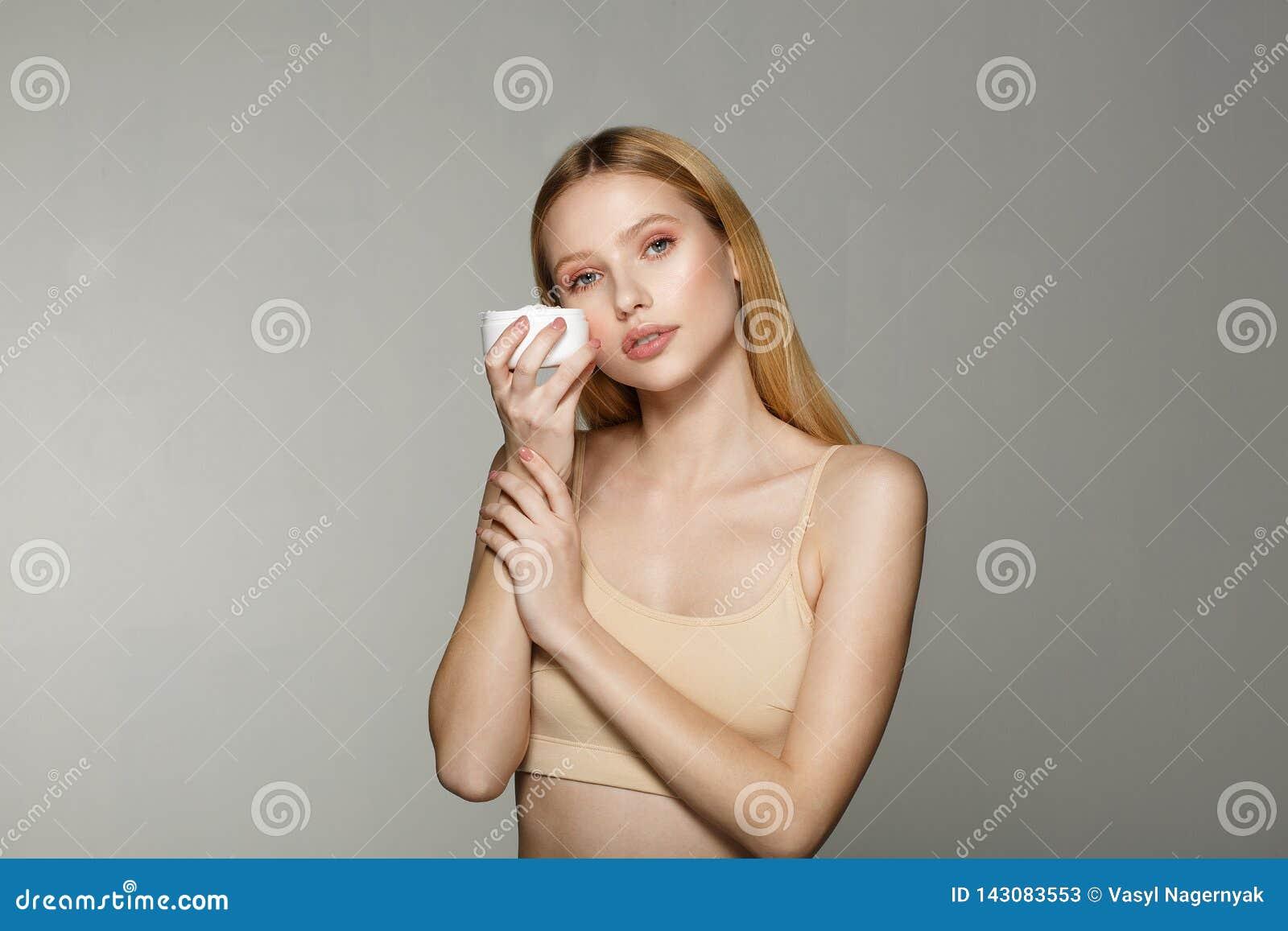 Skönhetstående av den unga blonda flickan med perfekt näck makeup