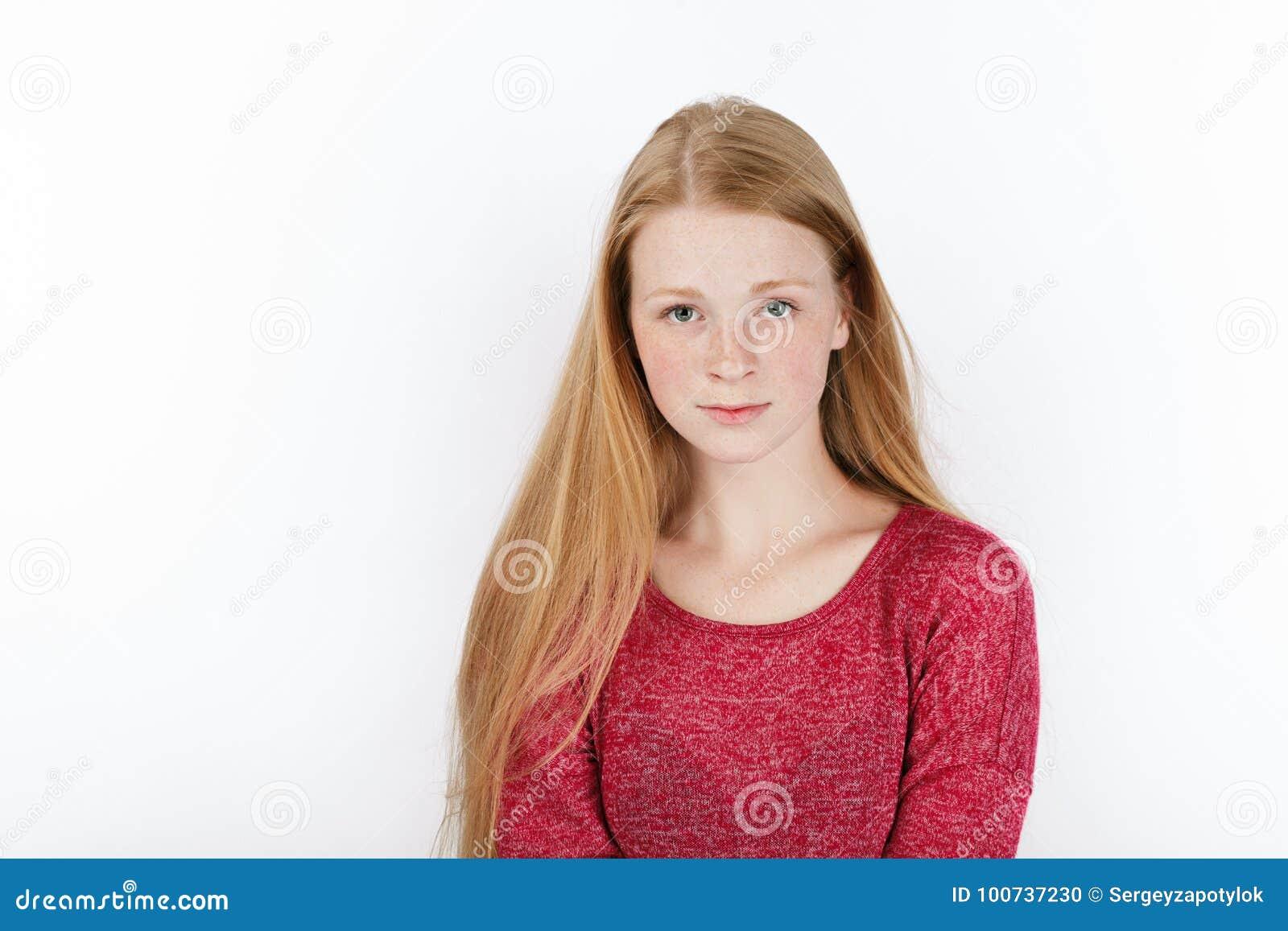 Skönhetstående av den unga förtjusande nya seende rödhårig mankvinnan med ursnyggt extra långt hår Sinnesrörelse- och ansiktsuttr