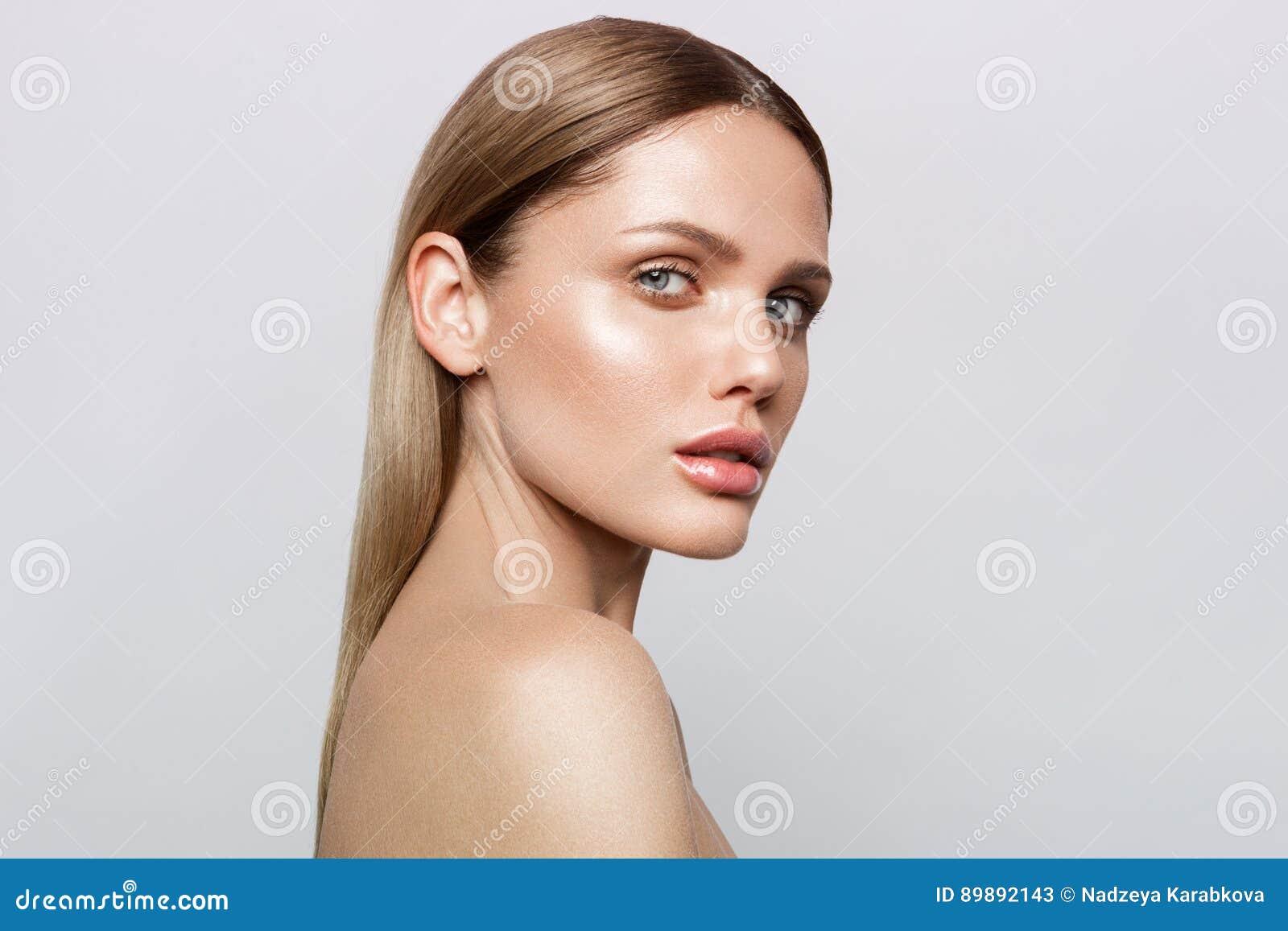Skönhetstående av modellen med naturligt smink