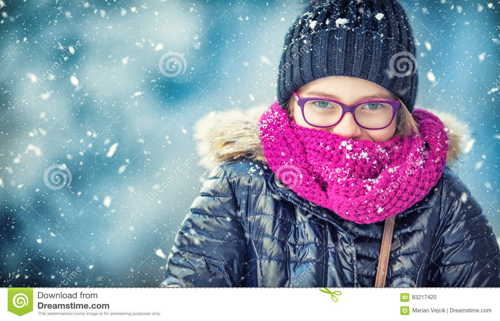 Skönhetvinterflickan som blåser insnöad frostig vinter, parkerar eller utomhus Flicka och kallt väder för vinter