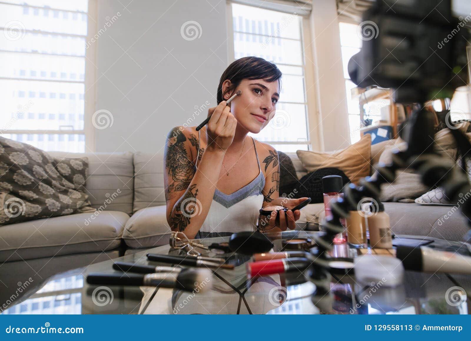 Skönhetvlogger som gör en video orubblig på makeup