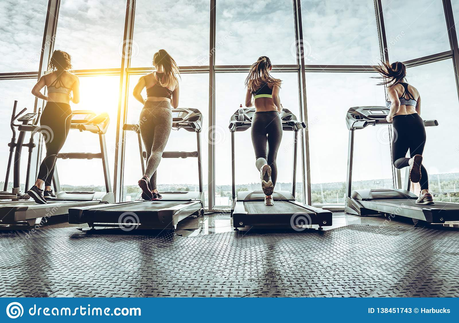 Sköt av fyra kvinnor som joggar på trampkvarnen på den vård- klubban