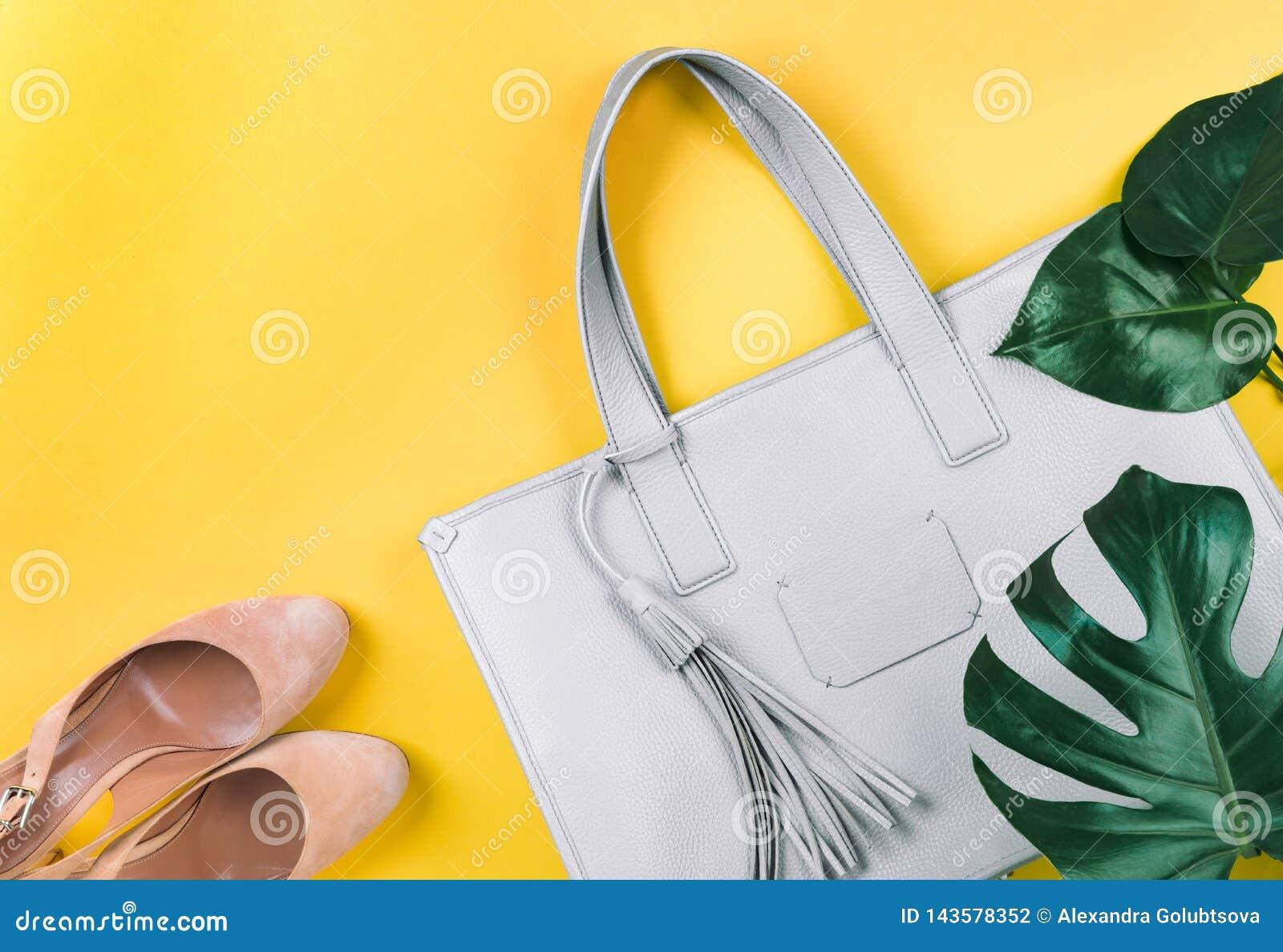 Skład żeńska torebka, buty i zielony liść,