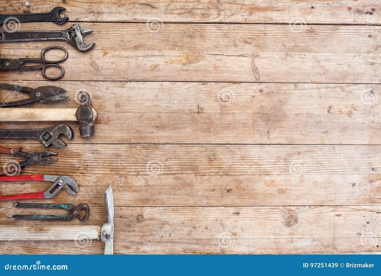 Skład budów narzędzia na starej powyginanej drewnianej powierzchni narzędzia: cążki, fajczany wyrwanie, śrubokręt, młot, metalu m