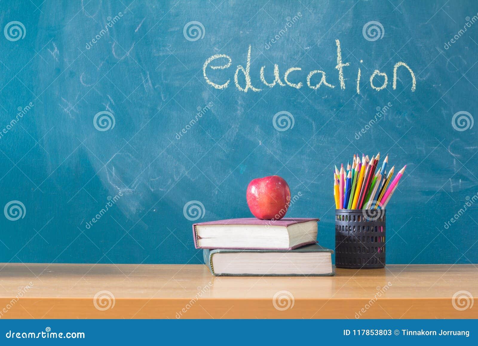 Skład materiały, książki i czerwony jabłko na biurku, Th