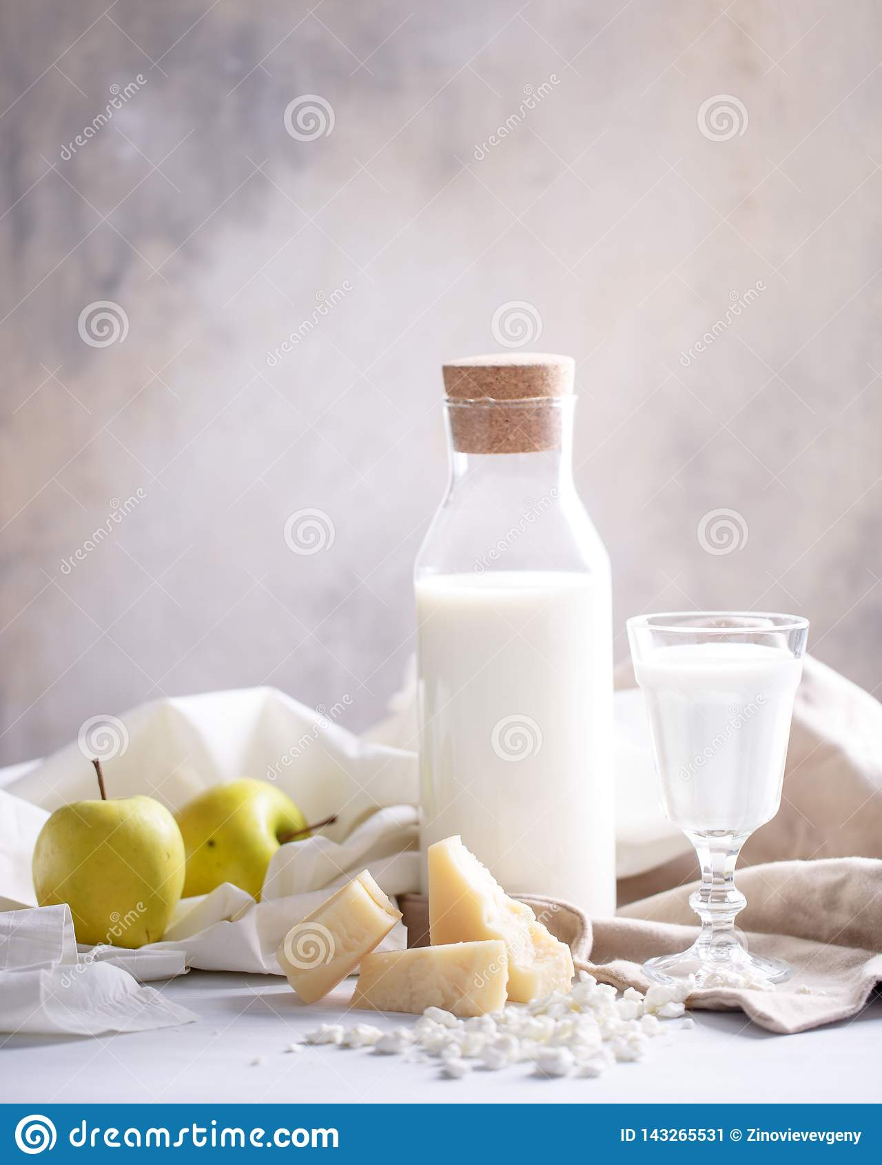 Skład nabiały na lekkim tle chałupa ser, ser i mleko,