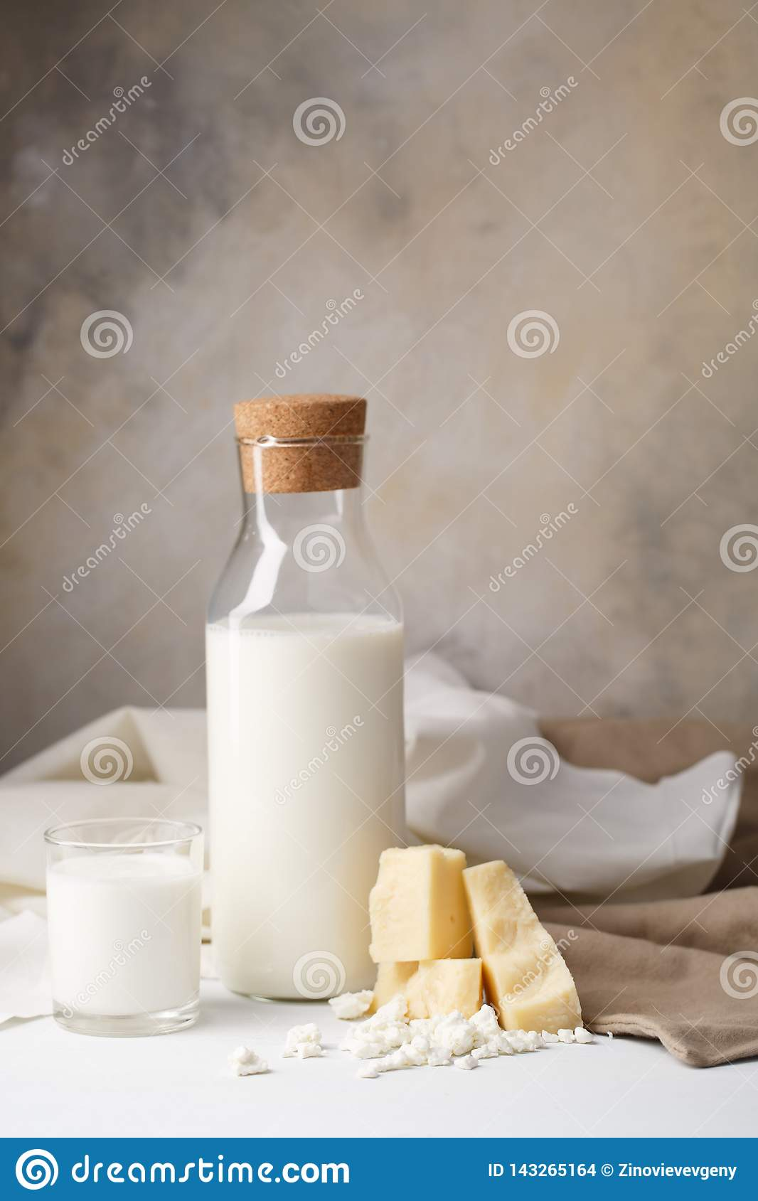 Skład nabiały na lekkim tle serowej cheesecloth chałupy świeży wiszący organicznie półkowy rocznik