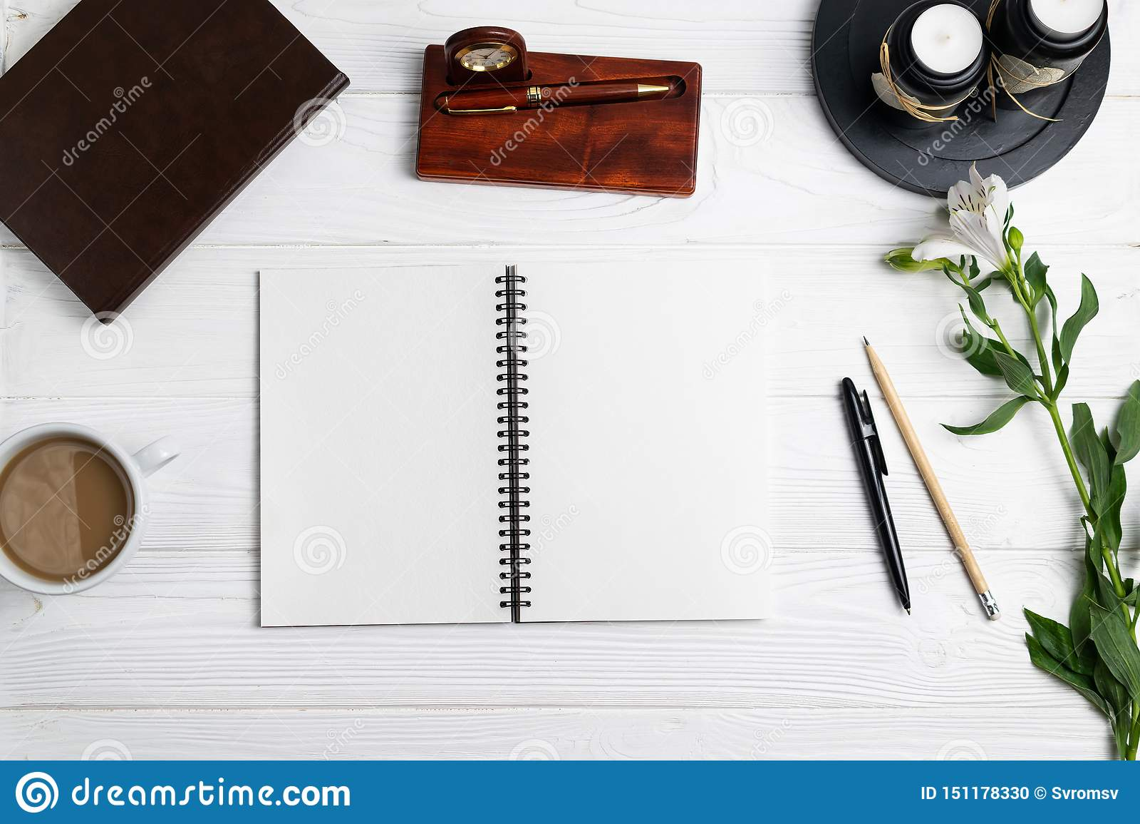 Skład z biurowego edukacja notatnika stacjonarnego pióra ołówkową kawą kwitnie
