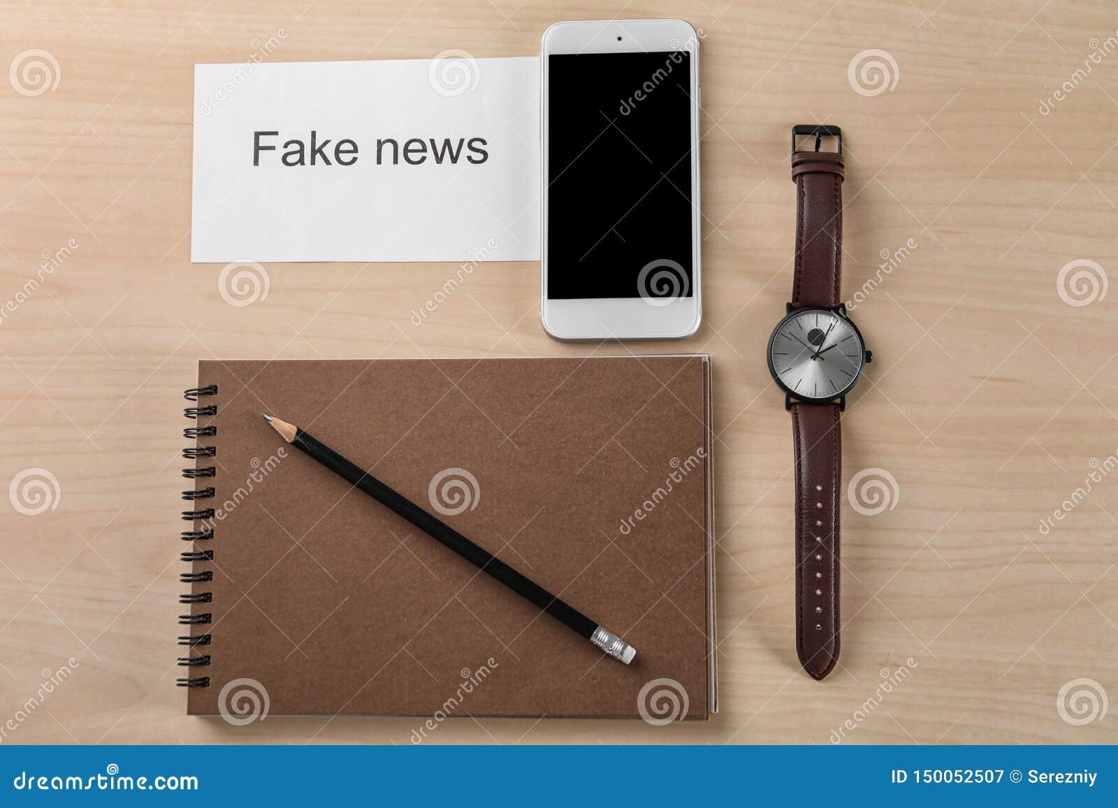 Skład z zwrot imitacji wiadomością i telefon na drewnianym tle