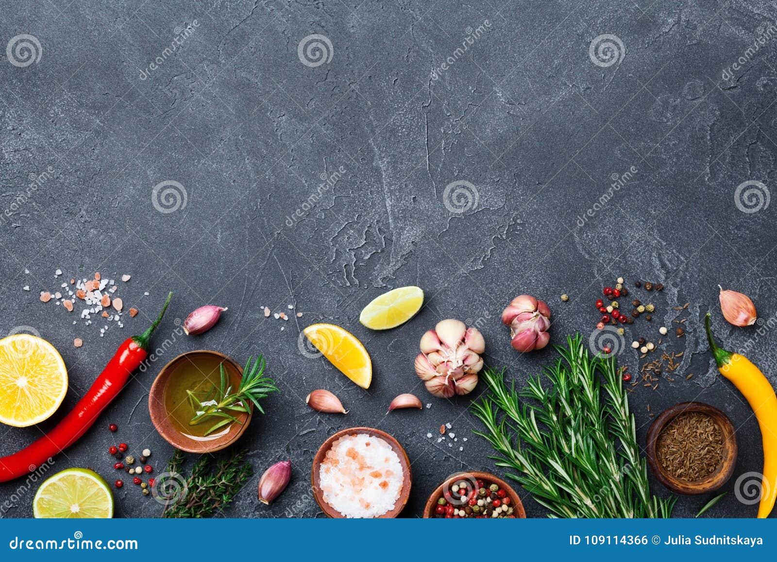 Składniki dla kucharstwa Ziele i pikantność na czerń kamienia stołowym odgórnym widoku knedle tła jedzenie mięsa bardzo wiele