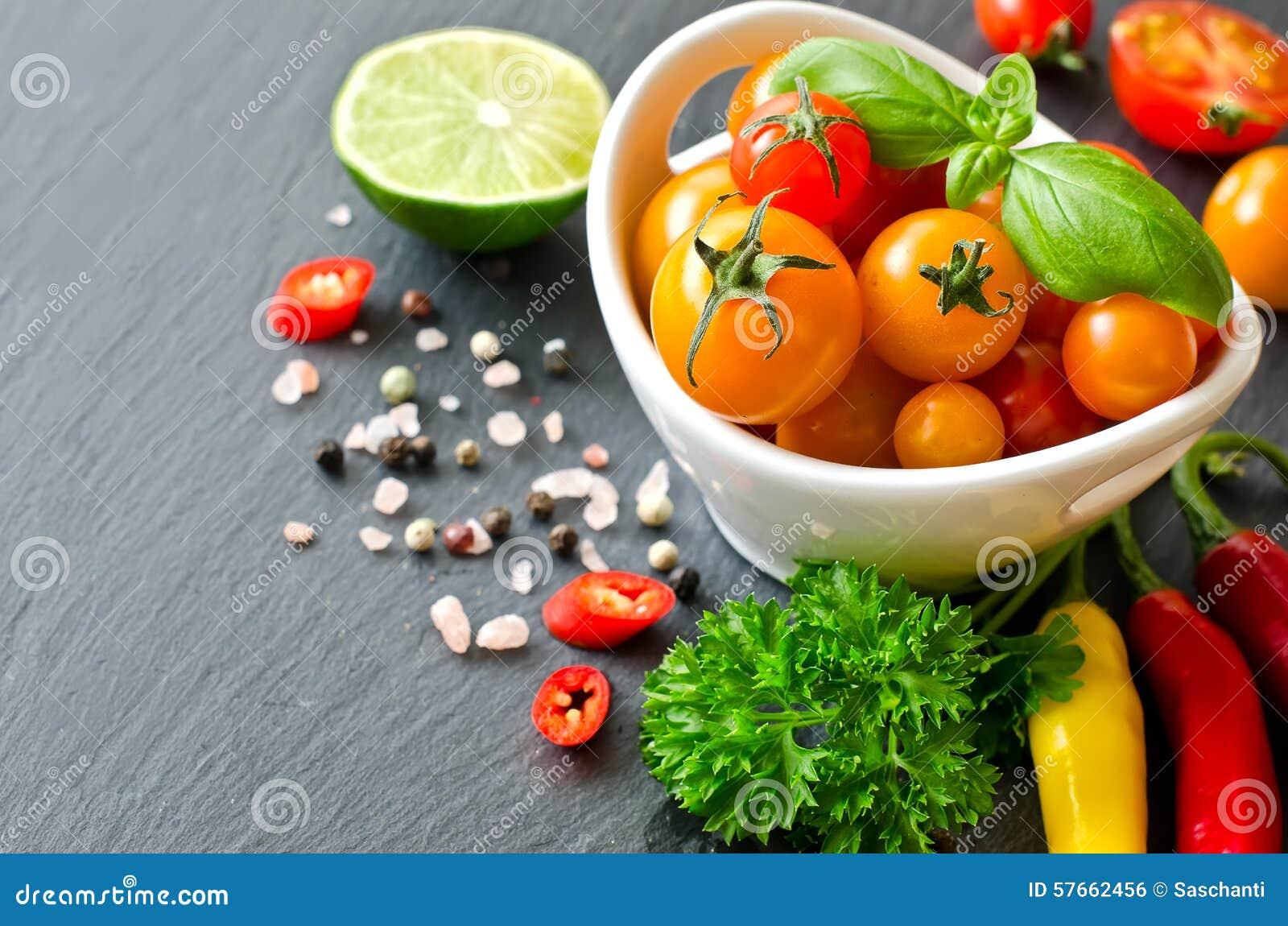 Składniki dla kulinarnej sałatki z czereśniowymi pomidorami i chilis