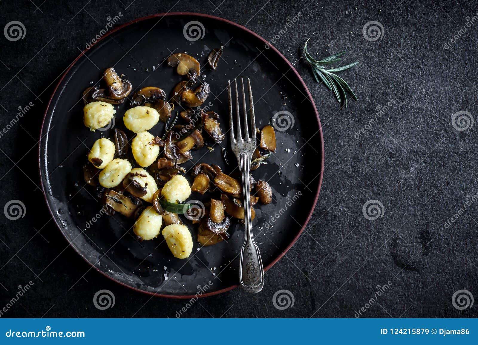 Składniki dla przygotowywać pieczarki i gnocchi naczynie