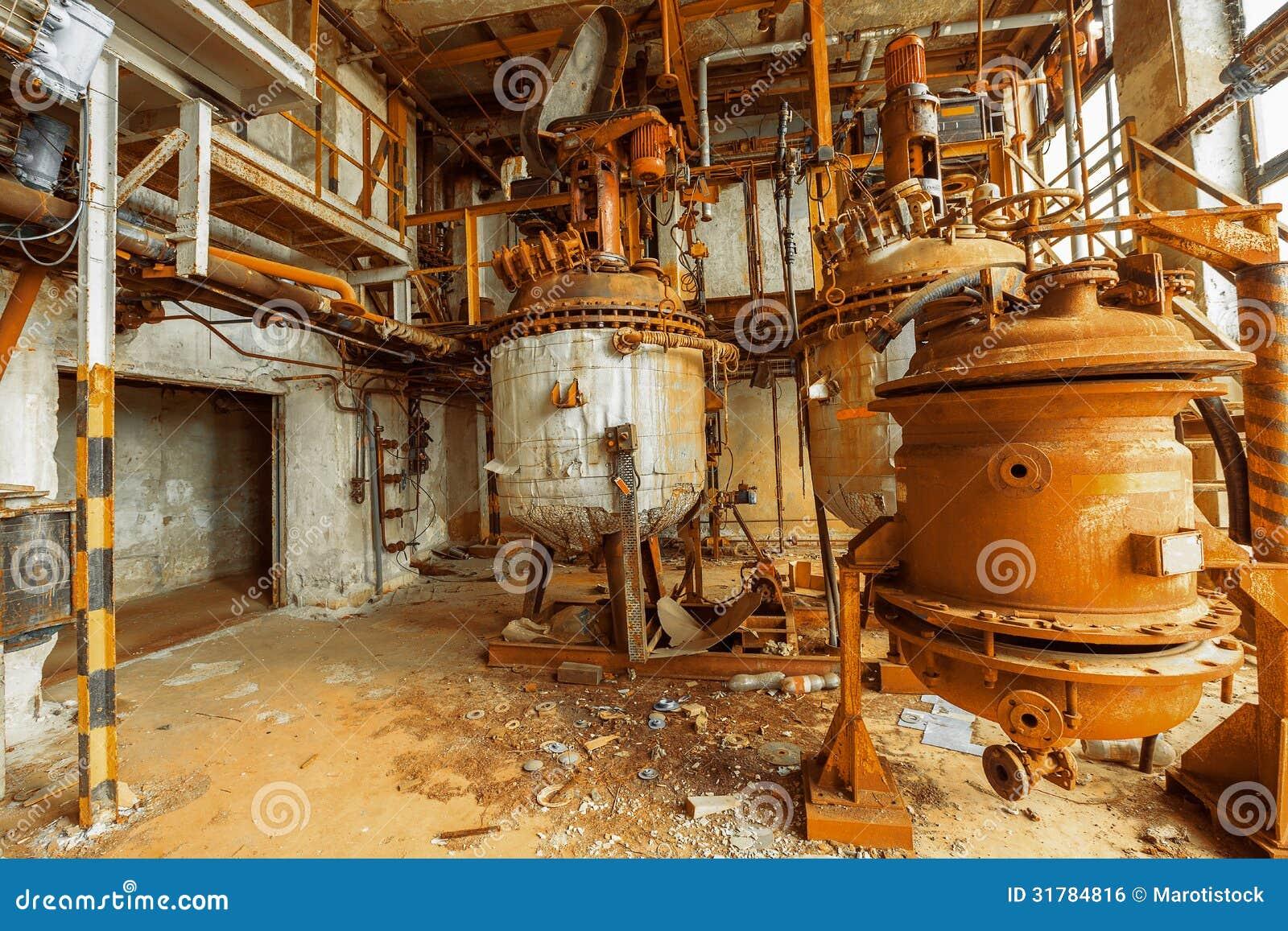 Składowy zbiornik w ośniedziałych kolorach