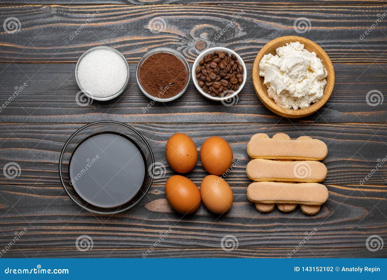 Sk?adniki dla kulinarnego tiramisu Savoiardi biskwitowi ciastka, mascarpone, ser, cukier, kakao, kawa i jajko -,