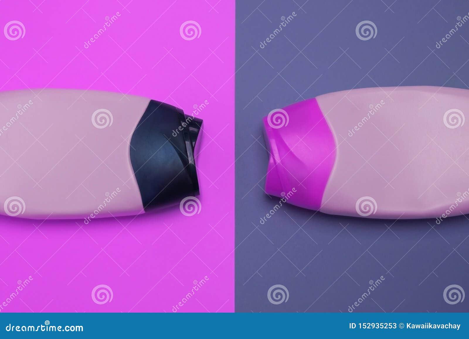 Sk?nhet dekorativa sk?nhetsmedelflaskor Rosa och purpurf?rgad f?rgbakgrund, l?gger framl?nges, den b?sta sikten, minimalistic pop
