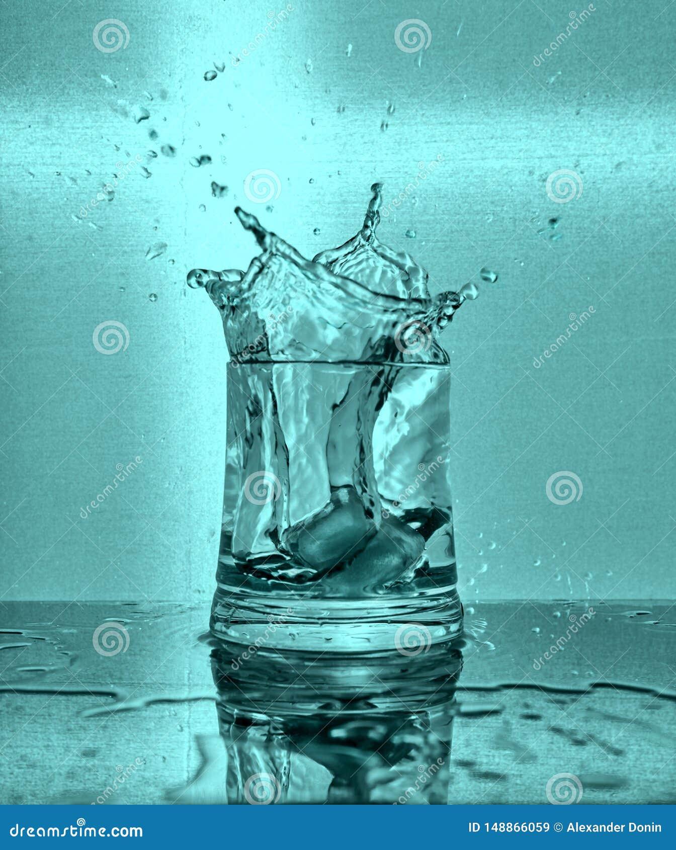 Sk?ra i t?rningar plaska vatten f?r glass is