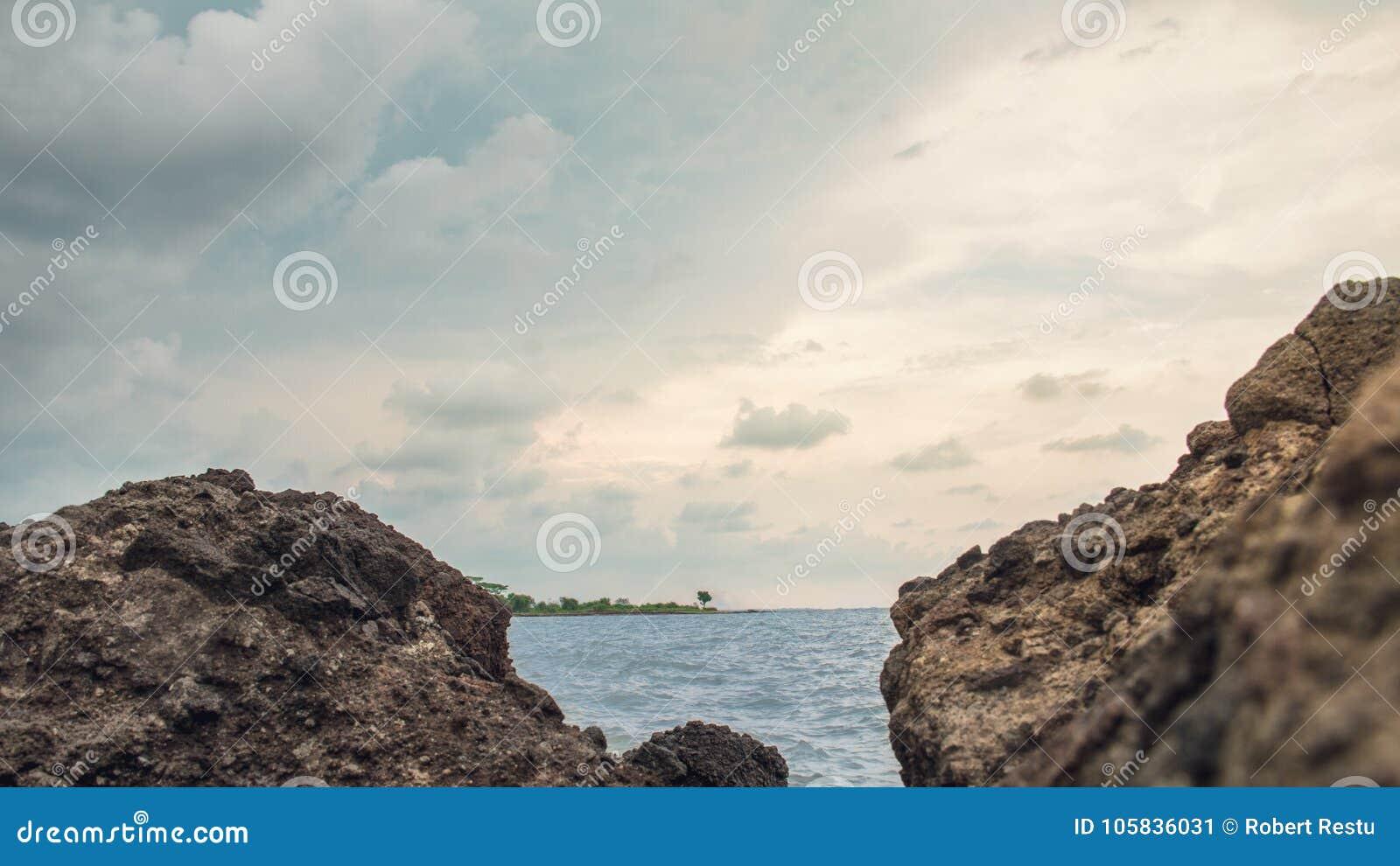 Skała W plaży Przy Marina plażą Semarang Indonezja 2,