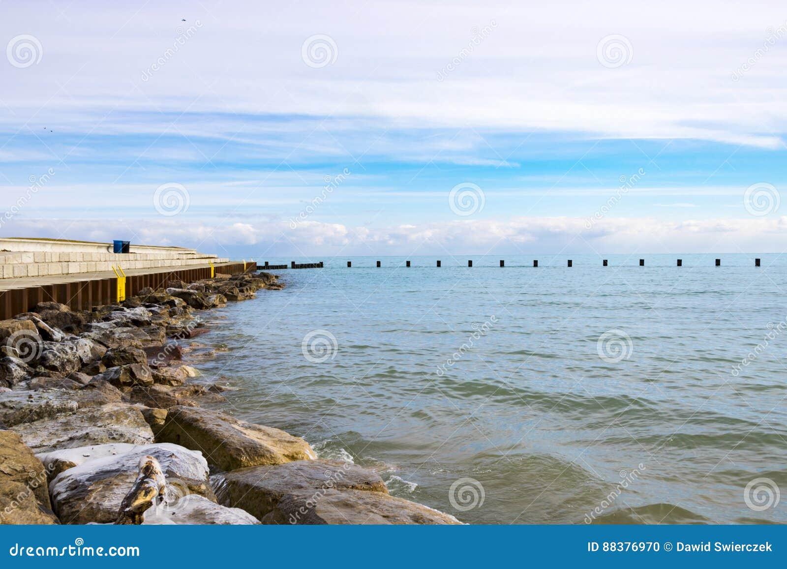Skały linią brzegową