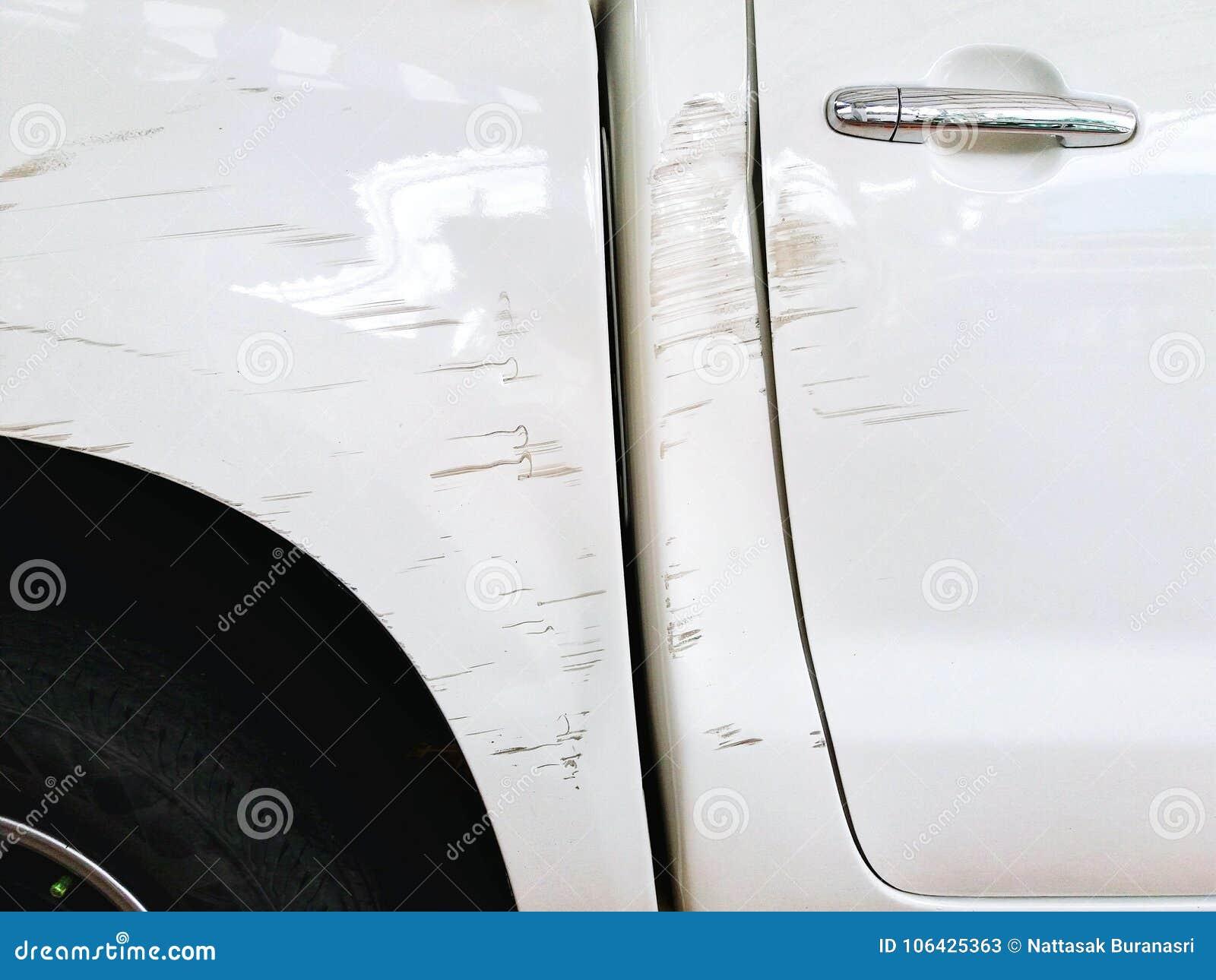 Skada och skrapat med den vita bilen