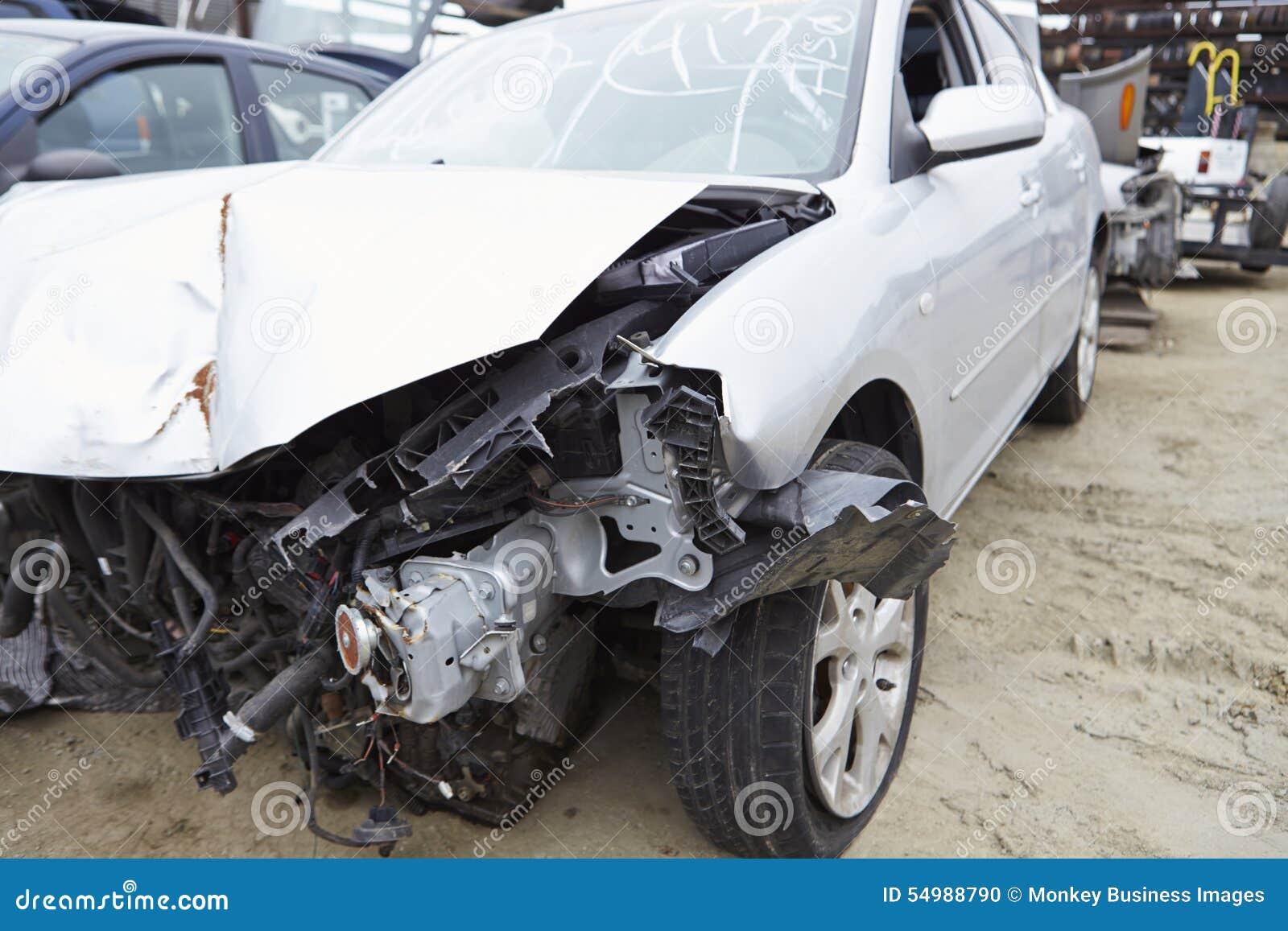 Skadad bil som är involverad i trafikolycka