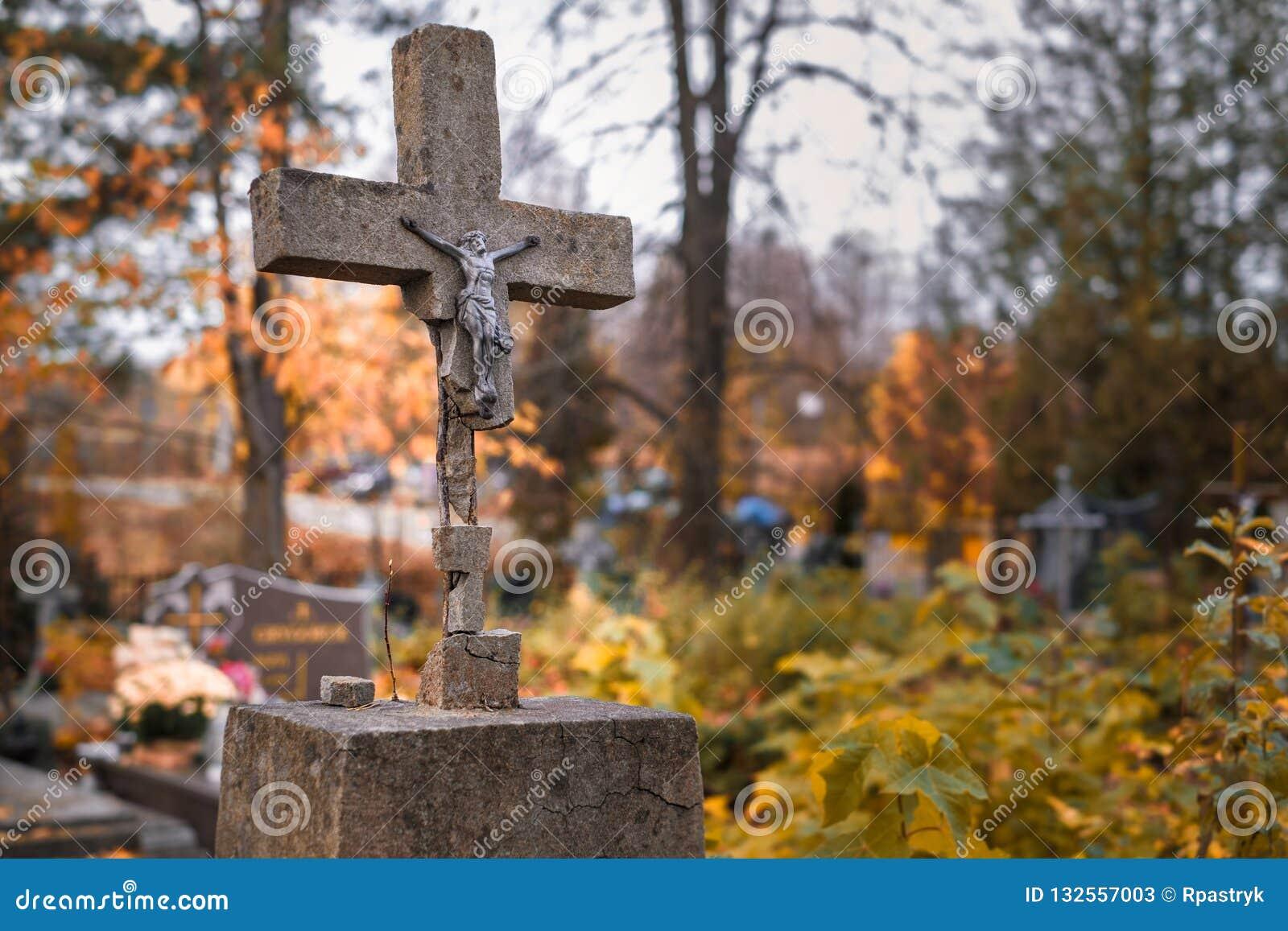 Skadat kors på kyrkogården i Bialowieza i östliga Polen