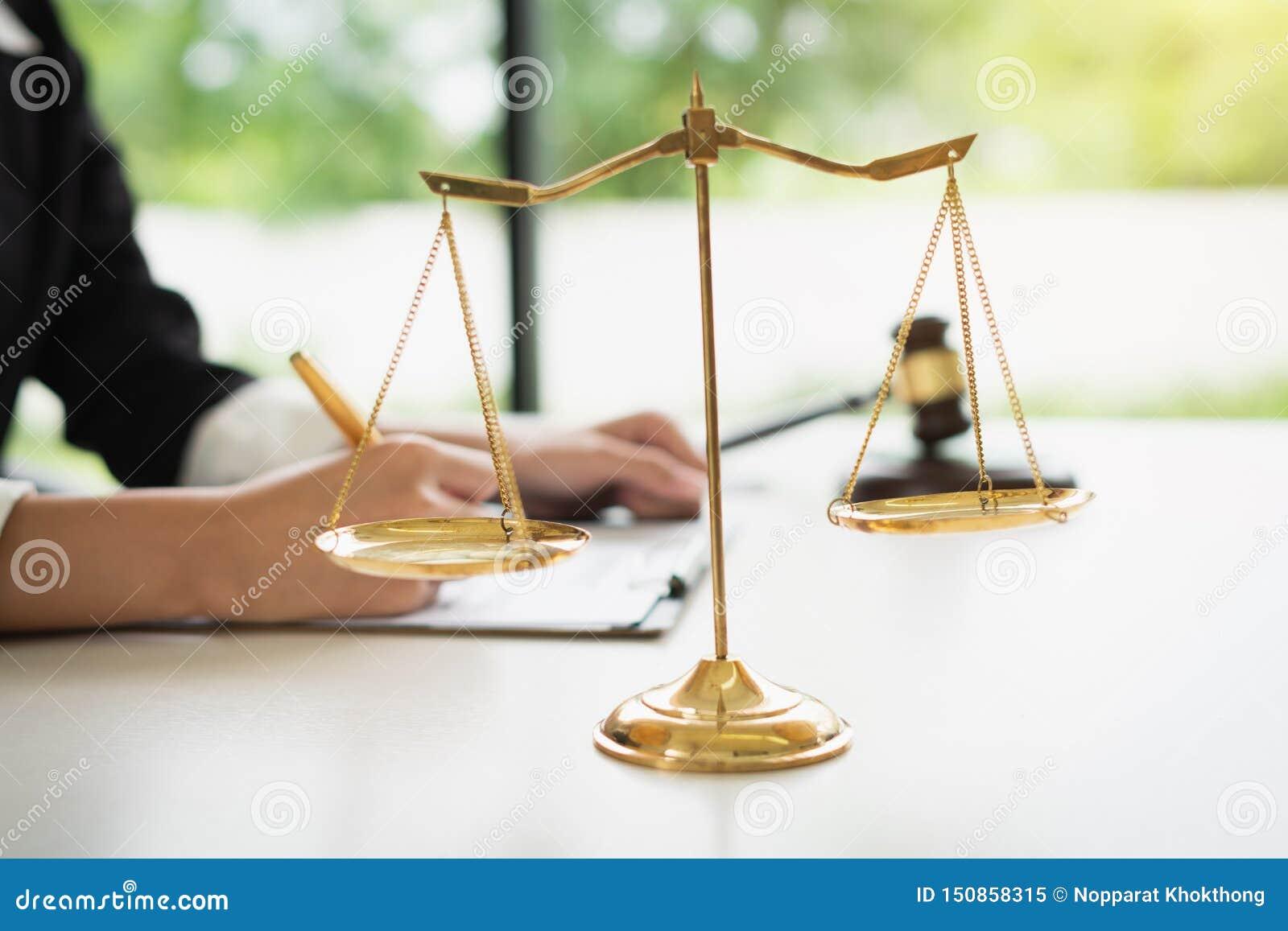 Skalen von Gerechtigkeit auf weißem Tabellenhintergrund mit den weiblichen Rechtsanwälten, die an den Sozietäten arbeiten