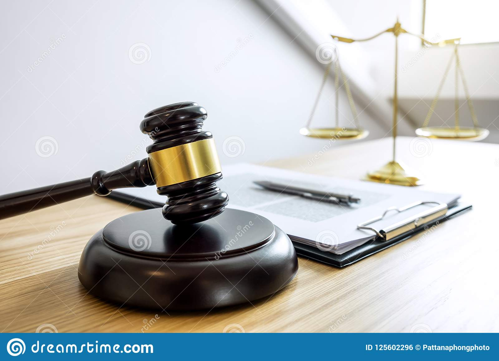Skalen von Gerechtigkeit und von Hammer auf dem Klingen des Blockes, des Gegenstandes und des Gesetzes BO
